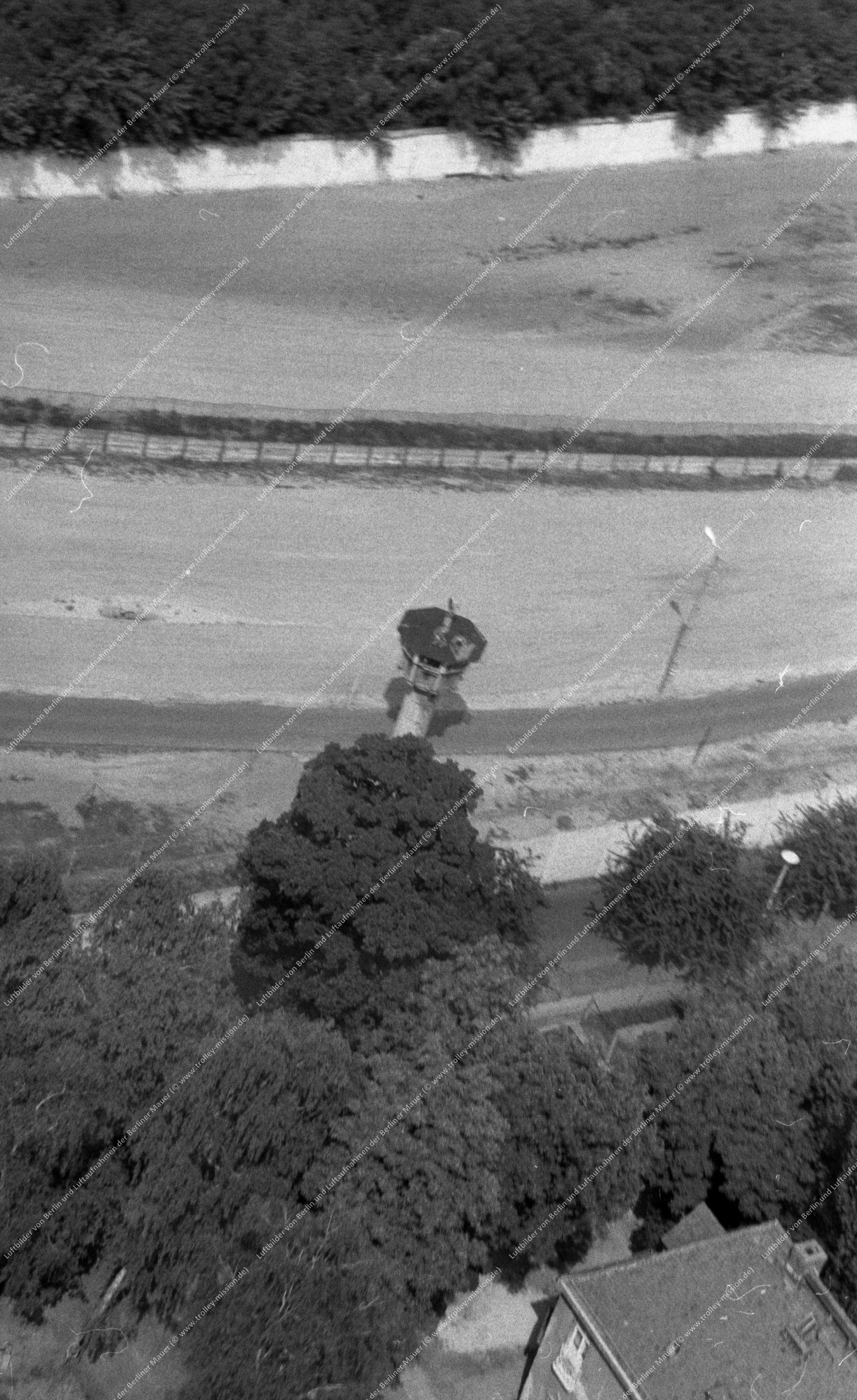 Berlin Luftaufnahme Unbekannter Grenzturm an der Berliner Mauer vom 9. März 1982 (Bild 050)