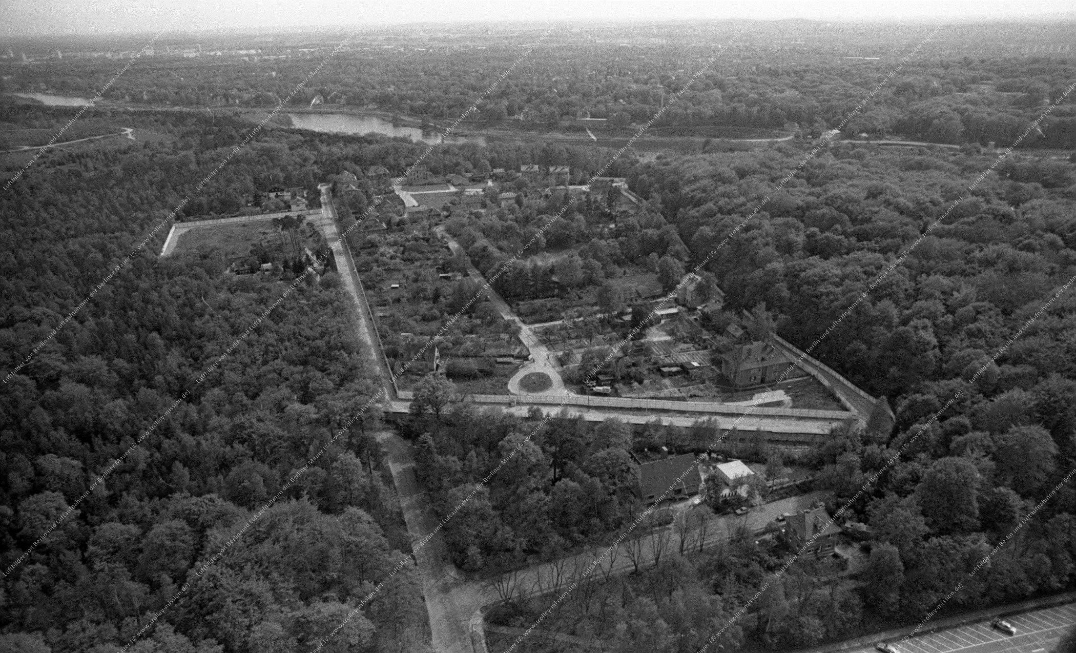 Luftaufnahme von Klein Glienicke der Ost-Enklave im Westen (Blinddarm der DDR) an der Königsstraße vom 12. Mai 1982 (Bild 061)