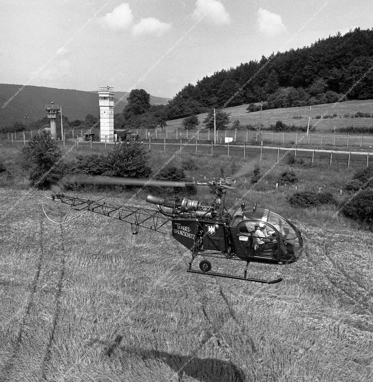 Vermutlich innerdeutsche Grenze (BRD/DDR) Hubschrauber und Bundesgrenzschutz (Bild 113)