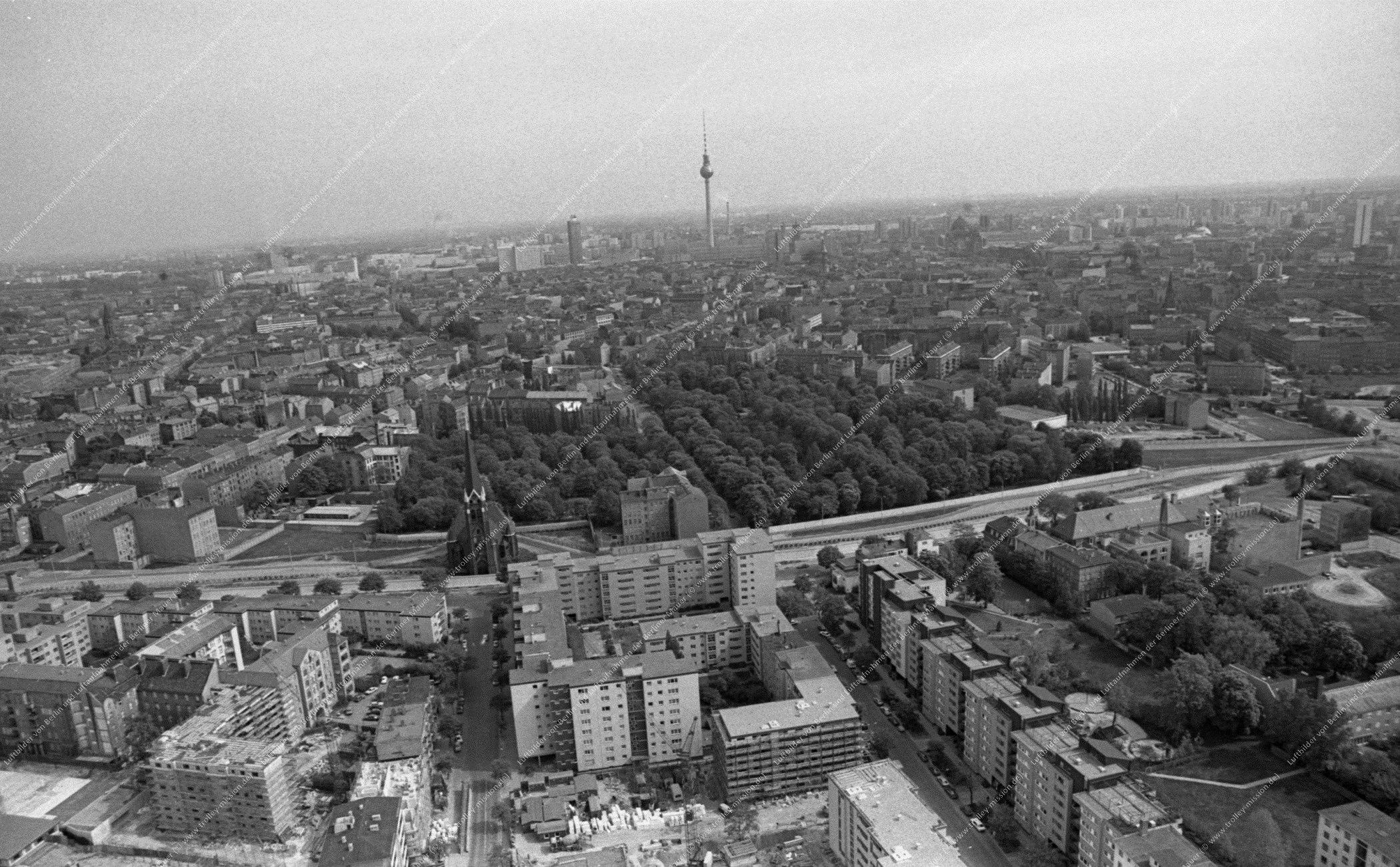Berlin Luftbild der Bernauer Straße mit Versöhnungskirche vom 12. Mai 1982 (Bild 098)
