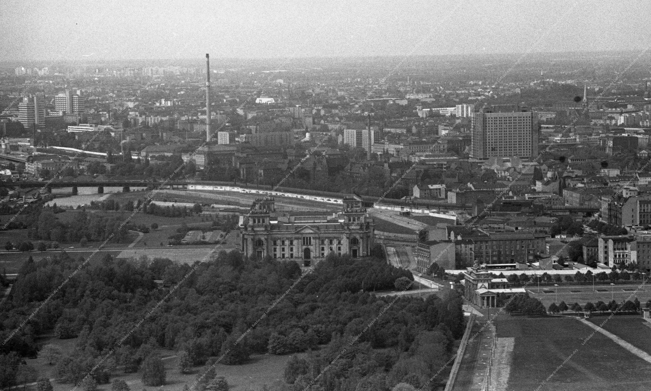 Luftaufnahme Brandenburger Tor und Reichstag vom 12. Mai 1982 (Bild 106)