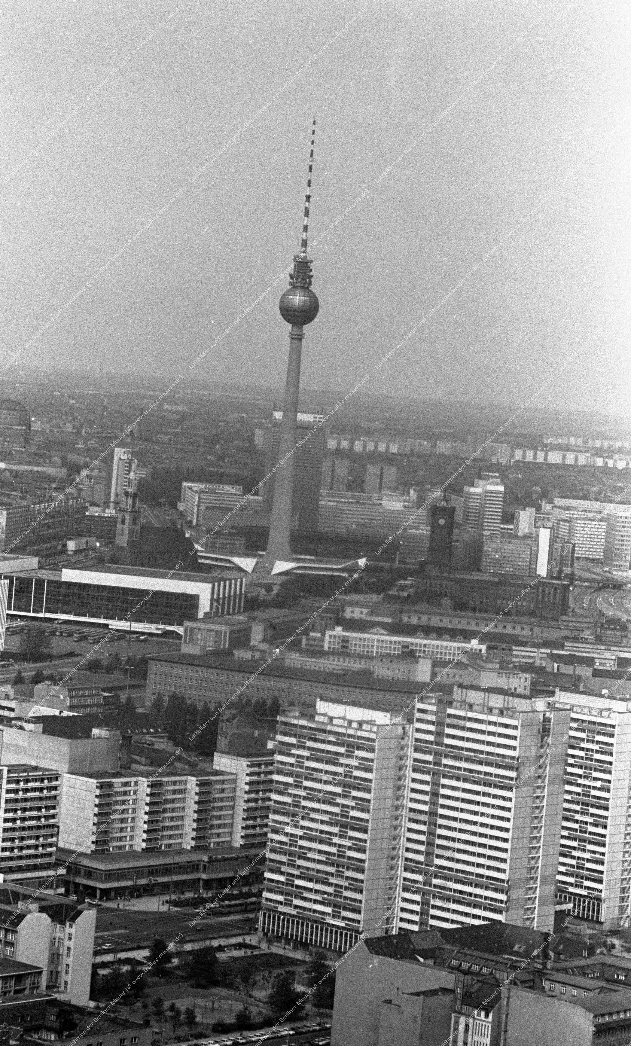 Berlin Luftbild Fernsehturm in Ost-Berlin vom 12. Mai 1982 (Bild 091)