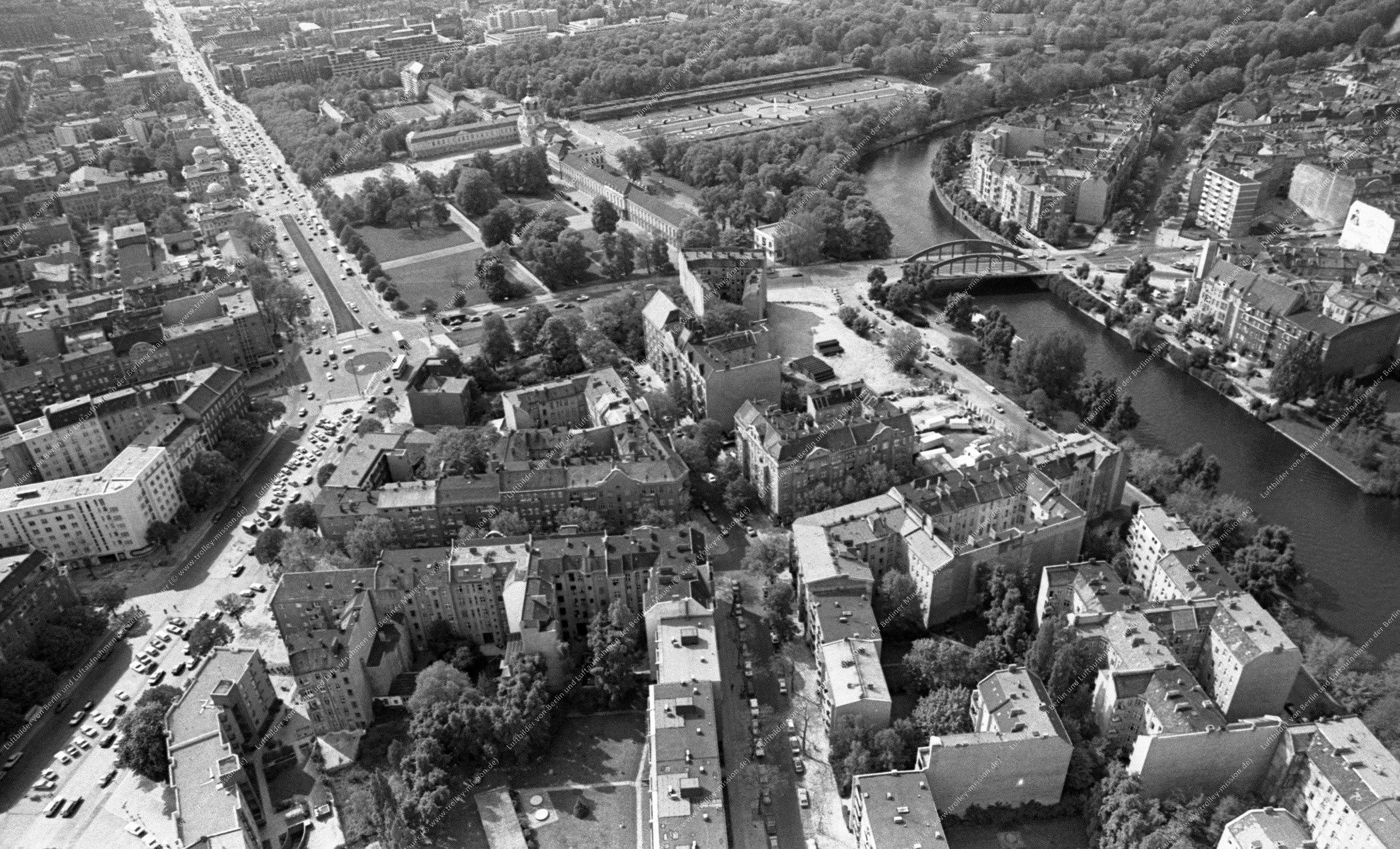 Berlin Luftbild Schloß Charlottenburg mit Schloßbrücke über die Spree vom 12. Mai 1982 (Bild 088)