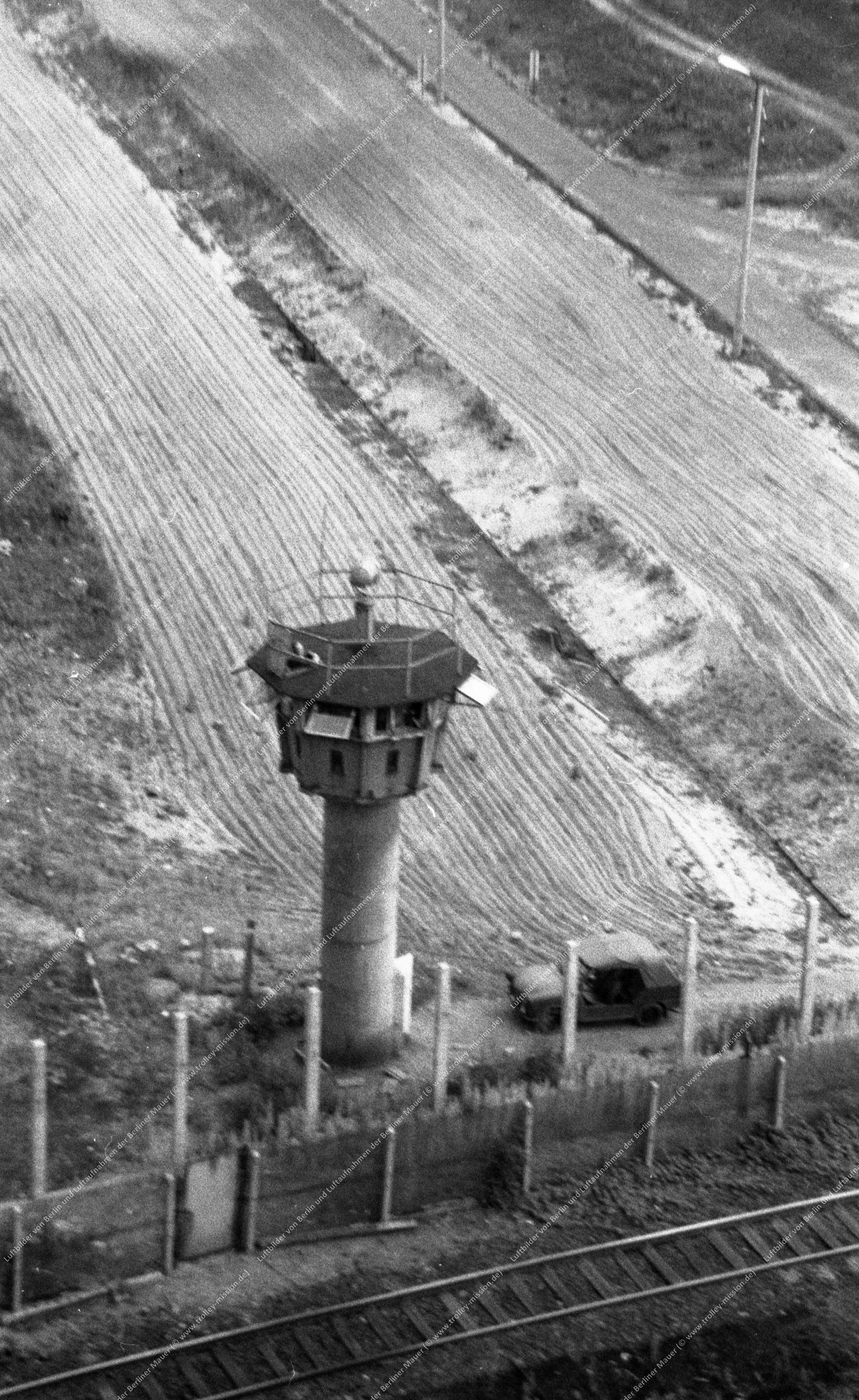 Berlin Luftaufnahme - Unbekannter Grenzturm mit Eisenbahn vom 9. März 1982 (Bild 047)