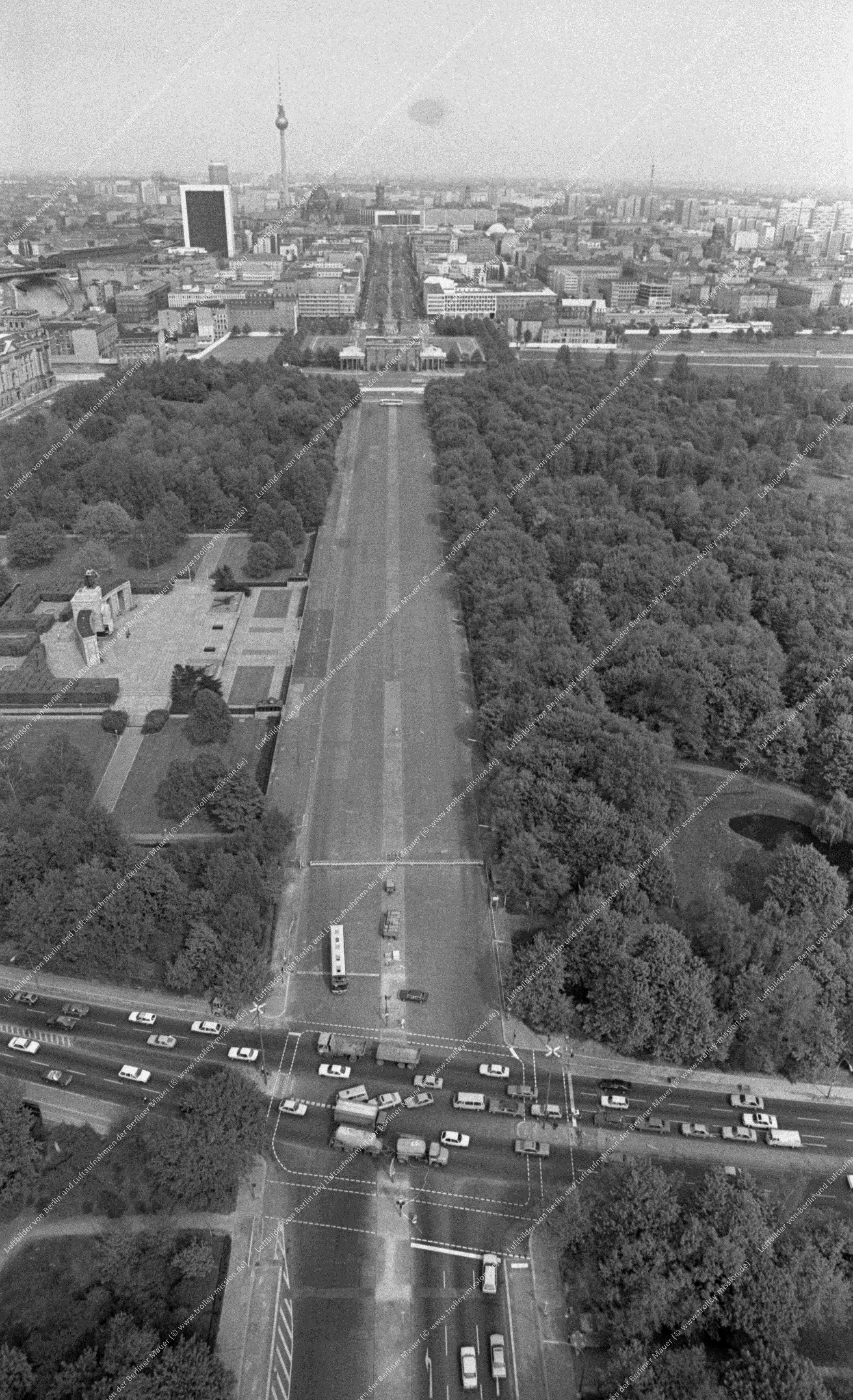 Berlin Luftbild Straße des 17. Juni mit Sowjetischem Ehrenmal im Tiergarten sowie Brandenburger Tor vom 12. Mai 1982 (Bild 087)