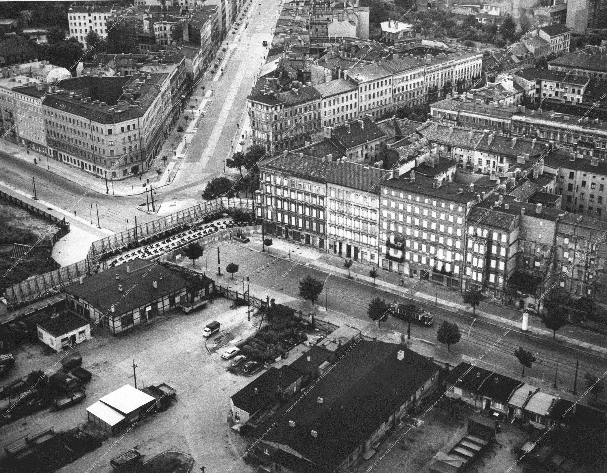 Luftbild Berlin - Bernauer Straße mit Straßenbahn sowie Oderberger Straße und Eberswalder Straße (Bild 029)