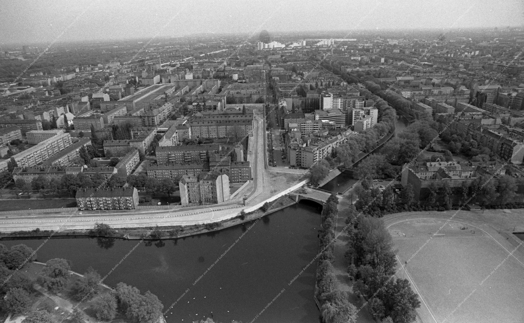Berlin Luftbild Sportplatz Maybachufer und Lohmühlenbrücke über den Neuköllner Schiffahrtskanal vom 12. Mai 1982 (Bild 065)