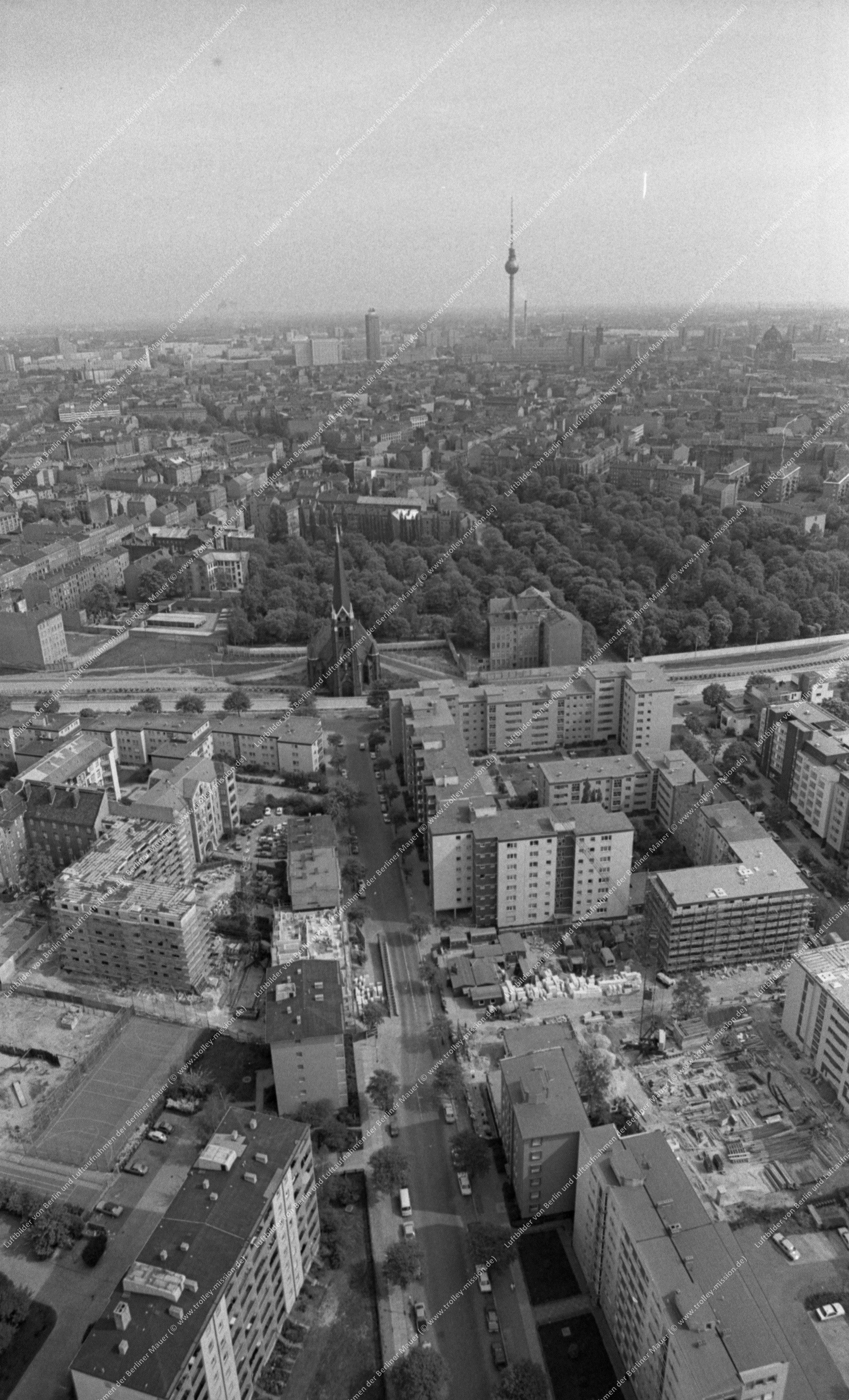 Berlin Luftbild der Versöhnungskirche am Ende der Hussitenstraße quer zur Bernauer Straße vom 12. Mai 1982 (Bild 097)