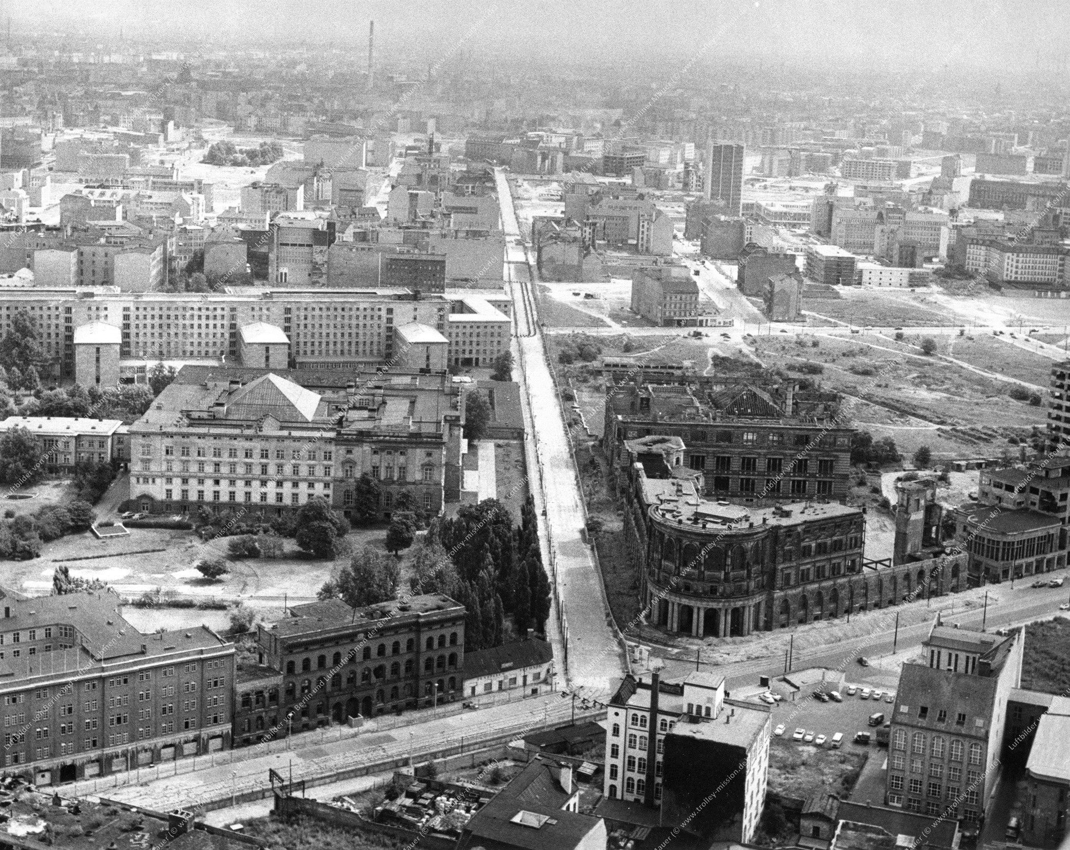 Luftaufnahme Martin-Gropius-Bau in der Niederkirchnerstraße quer zur Stresemannstraße in Berlin (Bild 030)