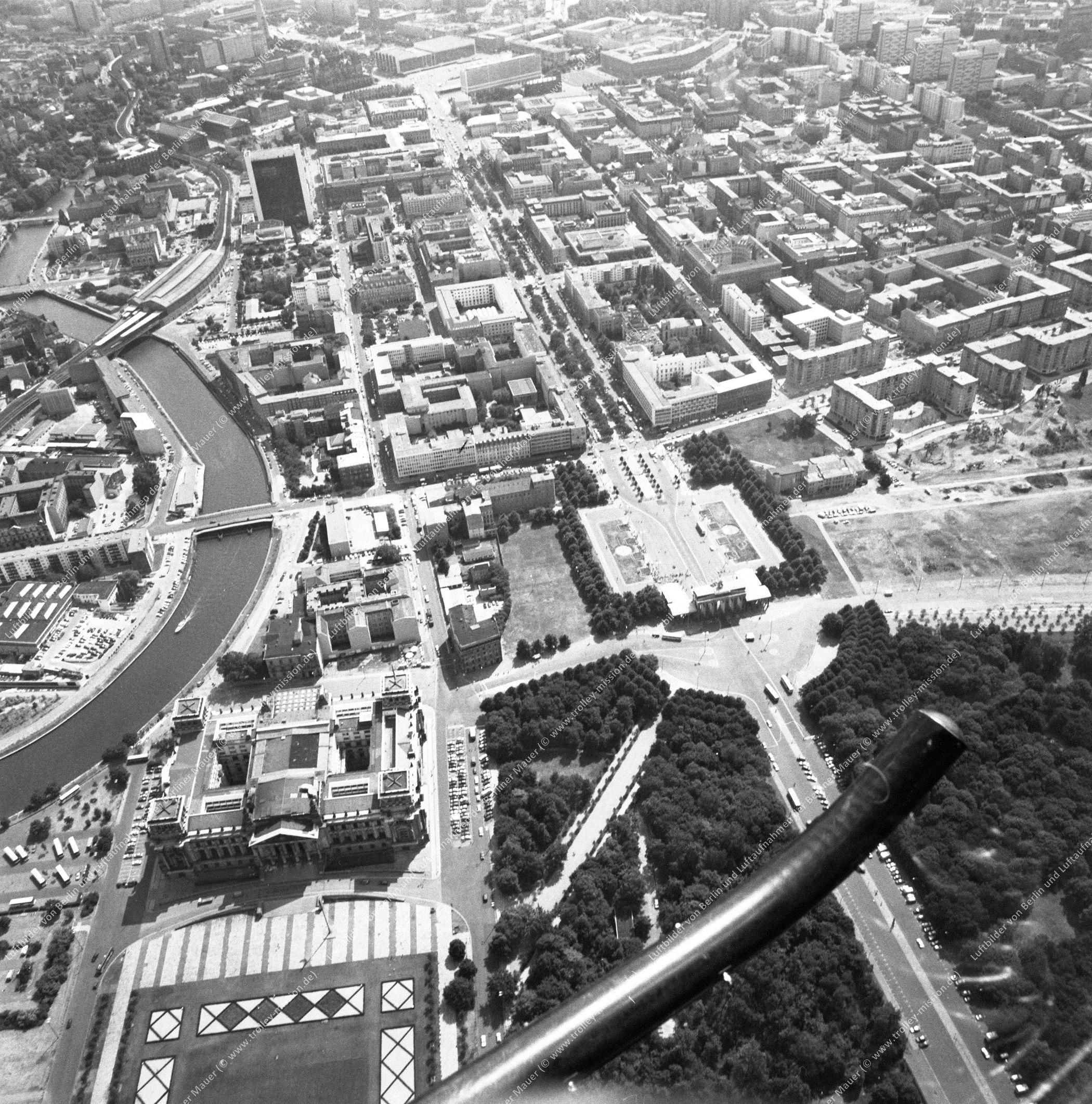 Reichstag, Brandenburger Tor und Paris Platz nach der deutschen Wiedervereinigung (Bild 126)