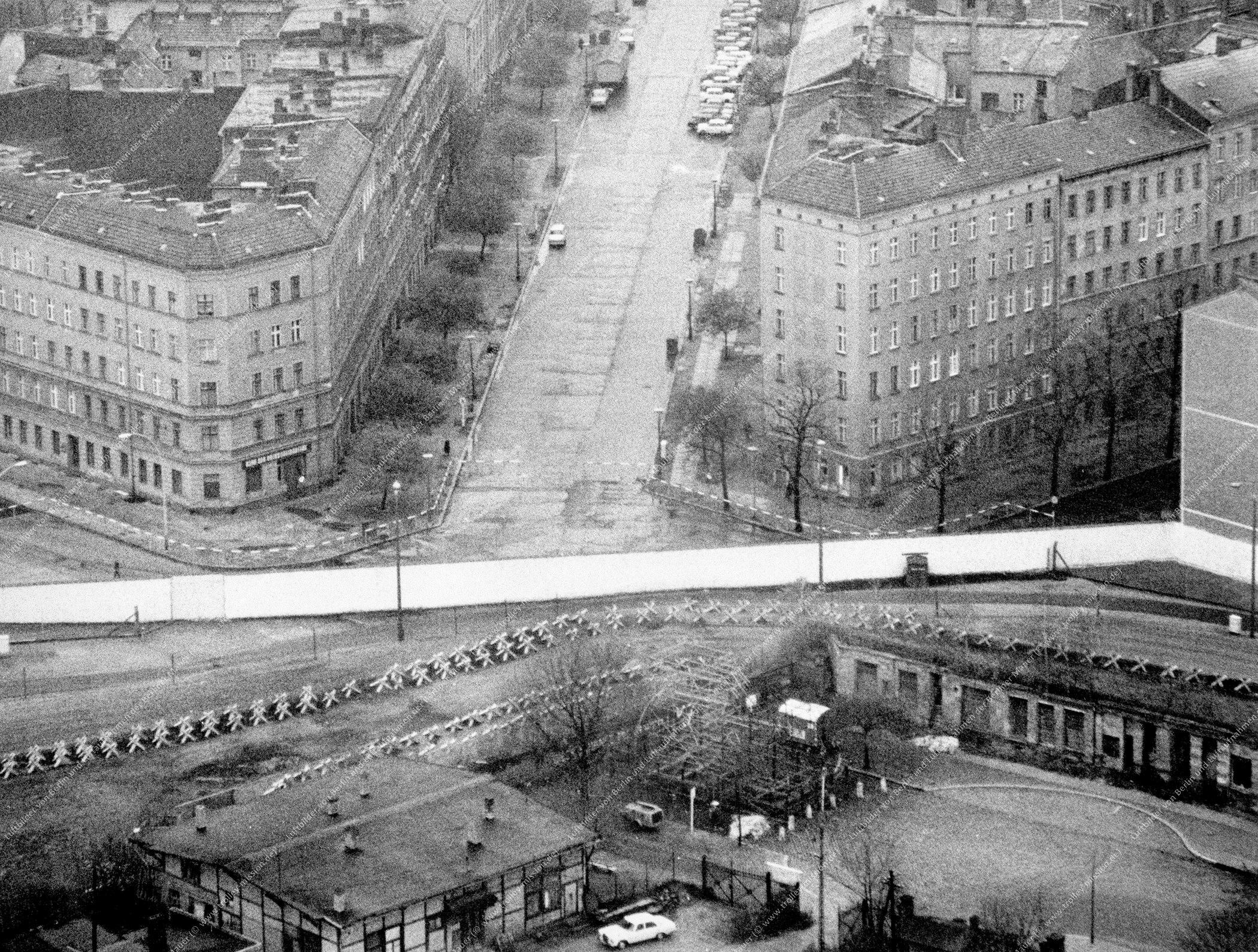 Berlin Luftbild Bernauer Straße, Schwedter Straße und Oderberger Straße vom 28. Dezember 1979 (Bild 042)