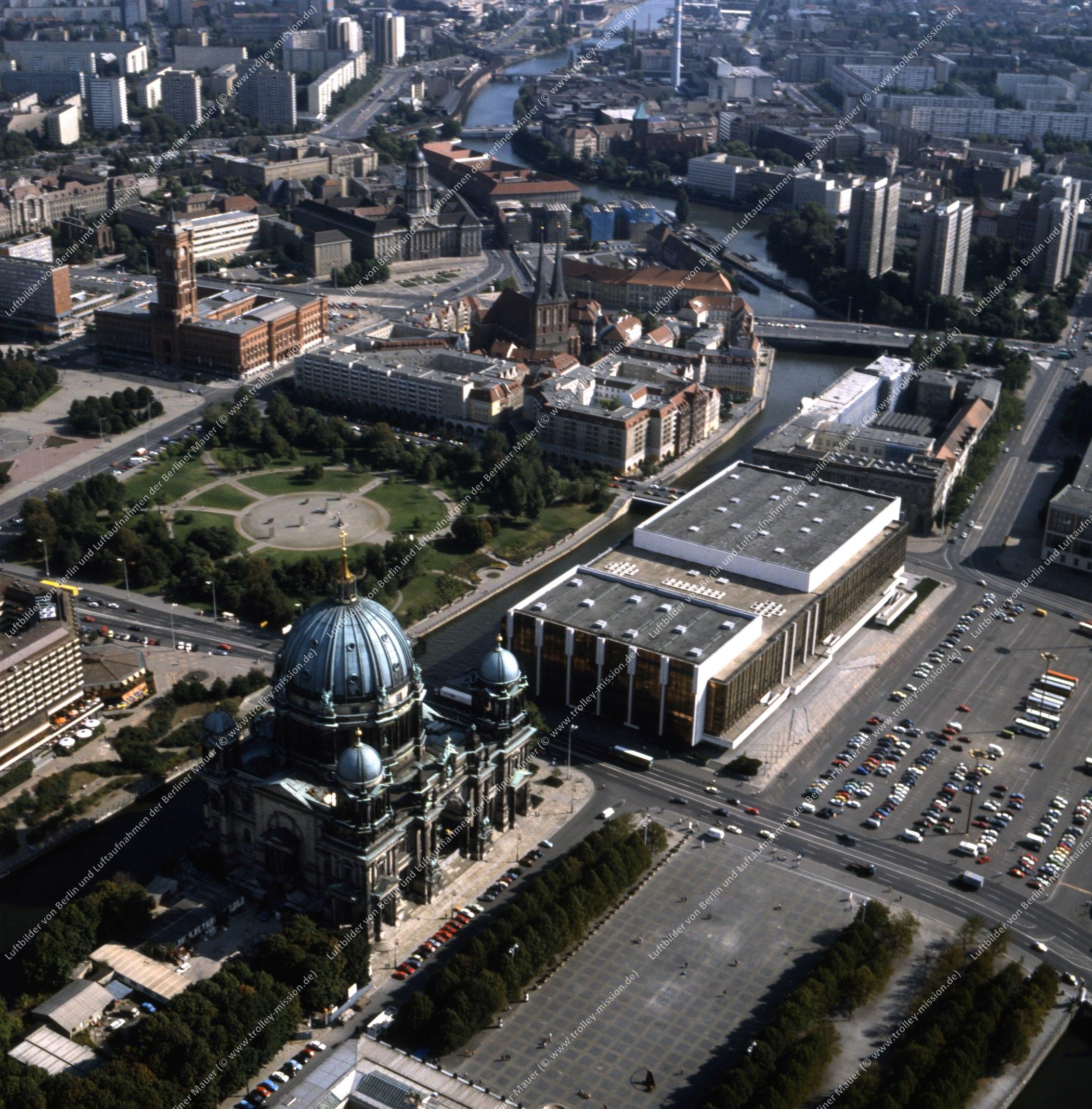 Berliner Dom und Palast der Republik - Luftbild nach der deutschen Wiedervereinigung (Bild 138)