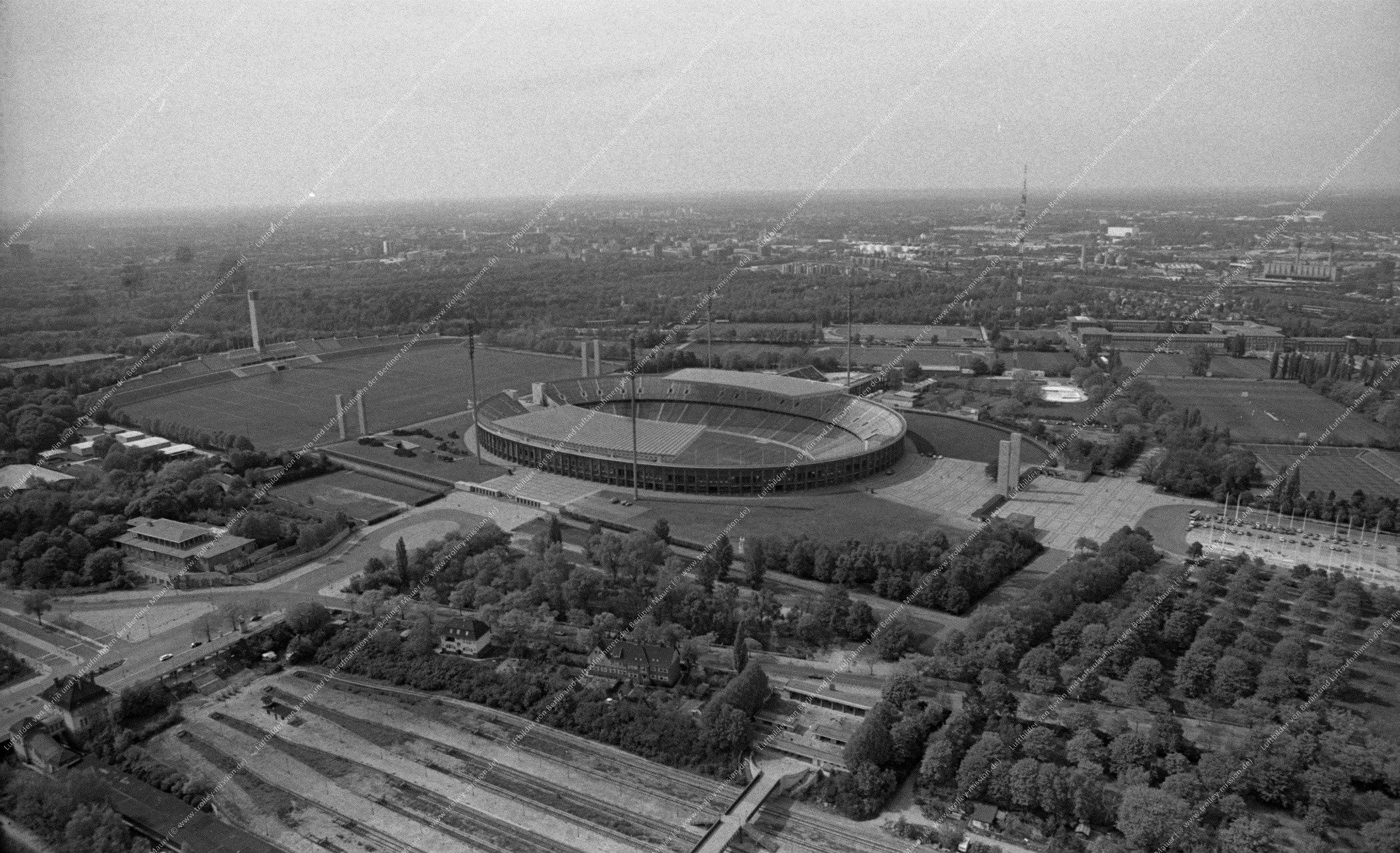 Luftbild vom Olympiapark Berlin (Reichssportfeld) und Stadion vom 12. Mai 1982 (Bild 078)