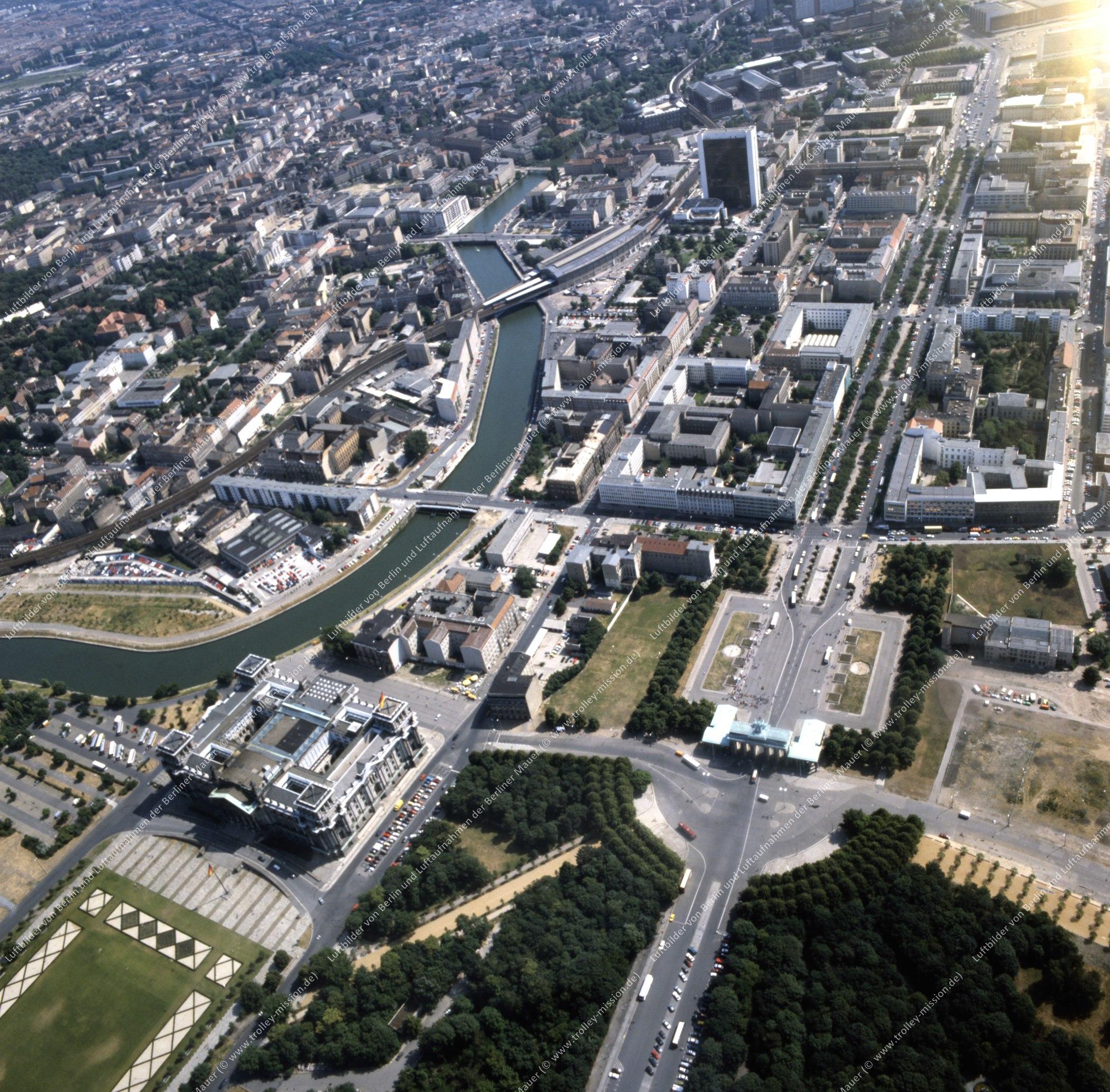 Brandenburger Tor und Reichstag - Rundflug (Luftbild) nach der deutschen Wiedervereinigung (Bild 137)
