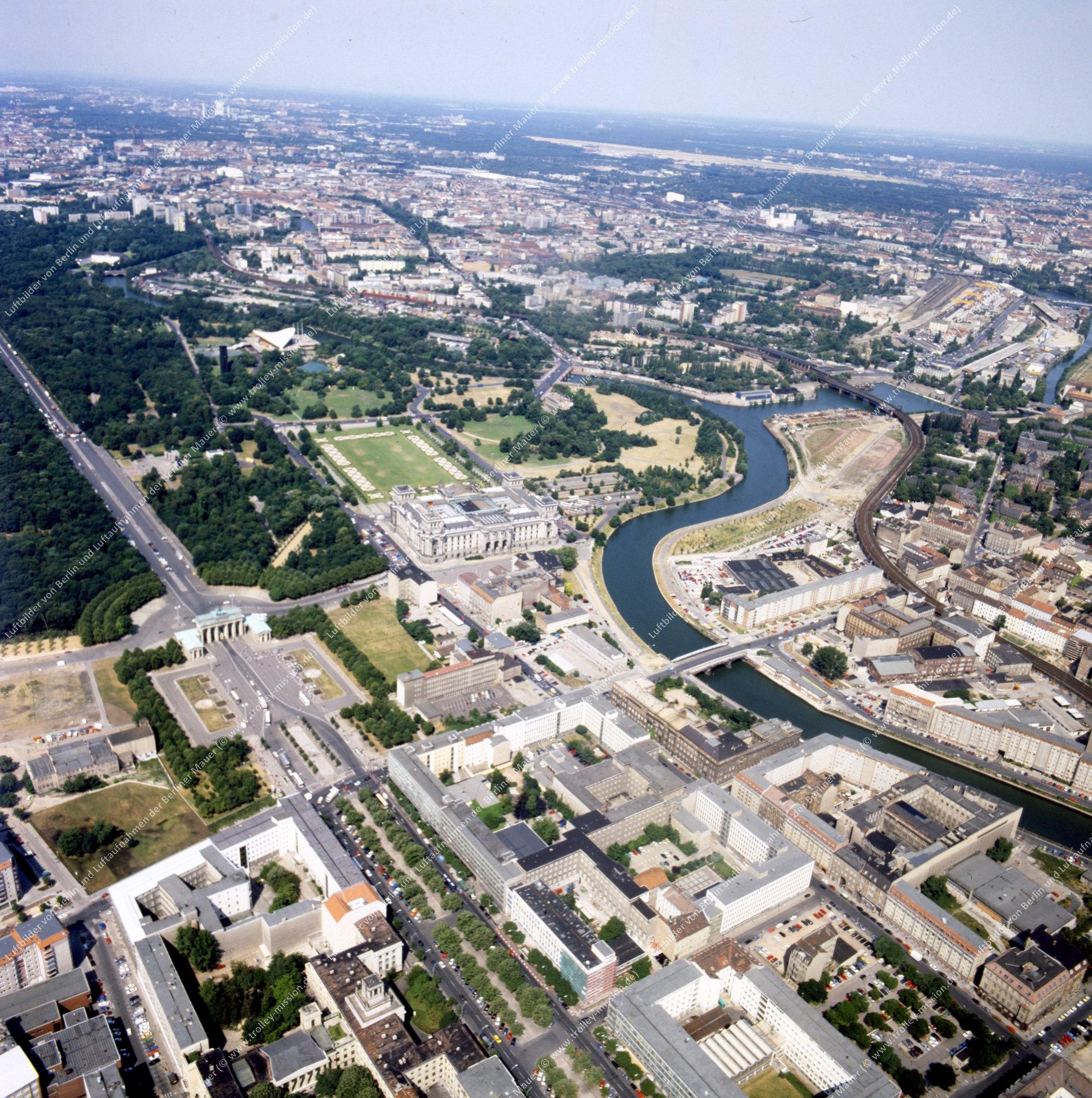 Brandenburger Tor und Reichstag - Rundflug (Luftbild) nach der deutschen Wiedervereinigung (Bild 140)