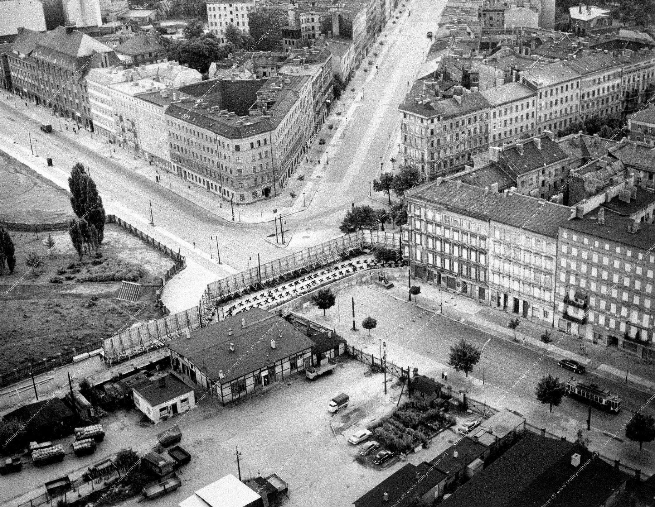 Die alten Gebäude der Bernauer Straße mit Straßenbahn sowie Oderberger Straße und Eberswalder Straße in Berlin (Bild 026)