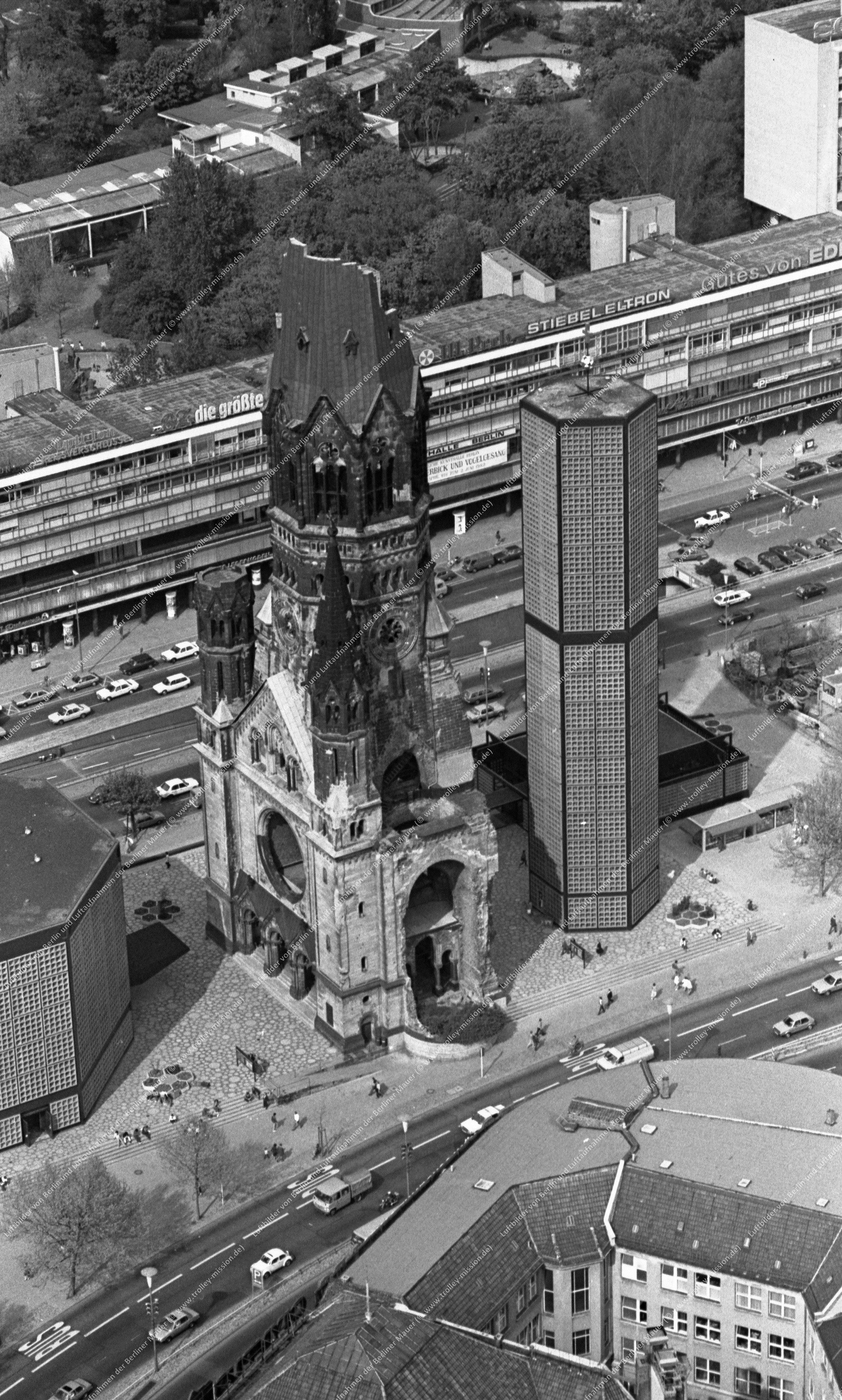 Berlin Luftbild Kaiser-Wilhelm-Gedächtniskirche vom 12. Mai 1982 (Bild 082)