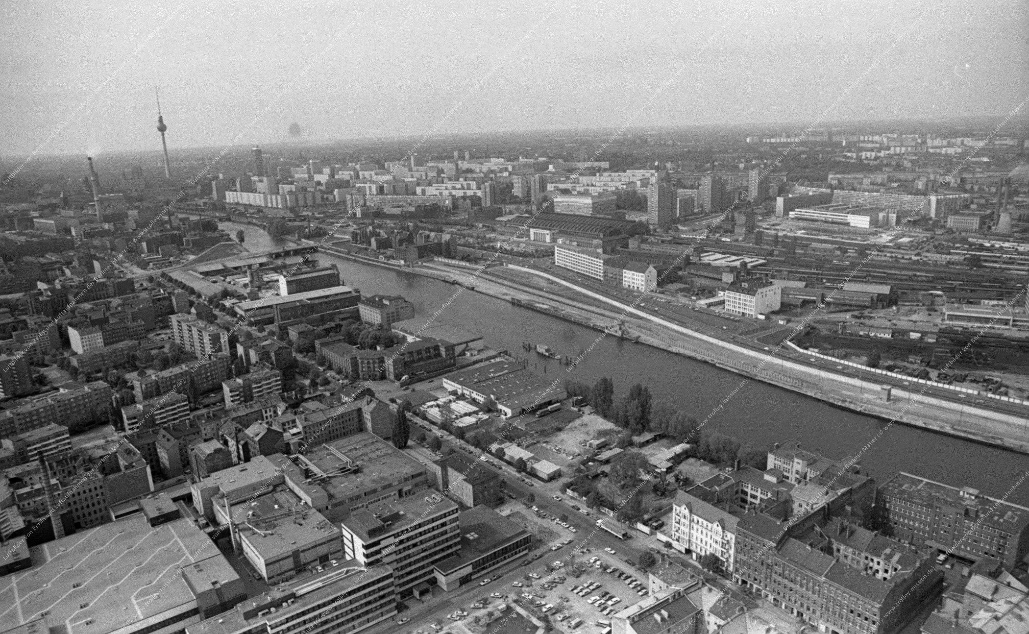 Luftbild der Spree zwischen Berlin-West und Berlin-Ost an der Schillingbrücke am 12. Mai 1982 (Bild 063)