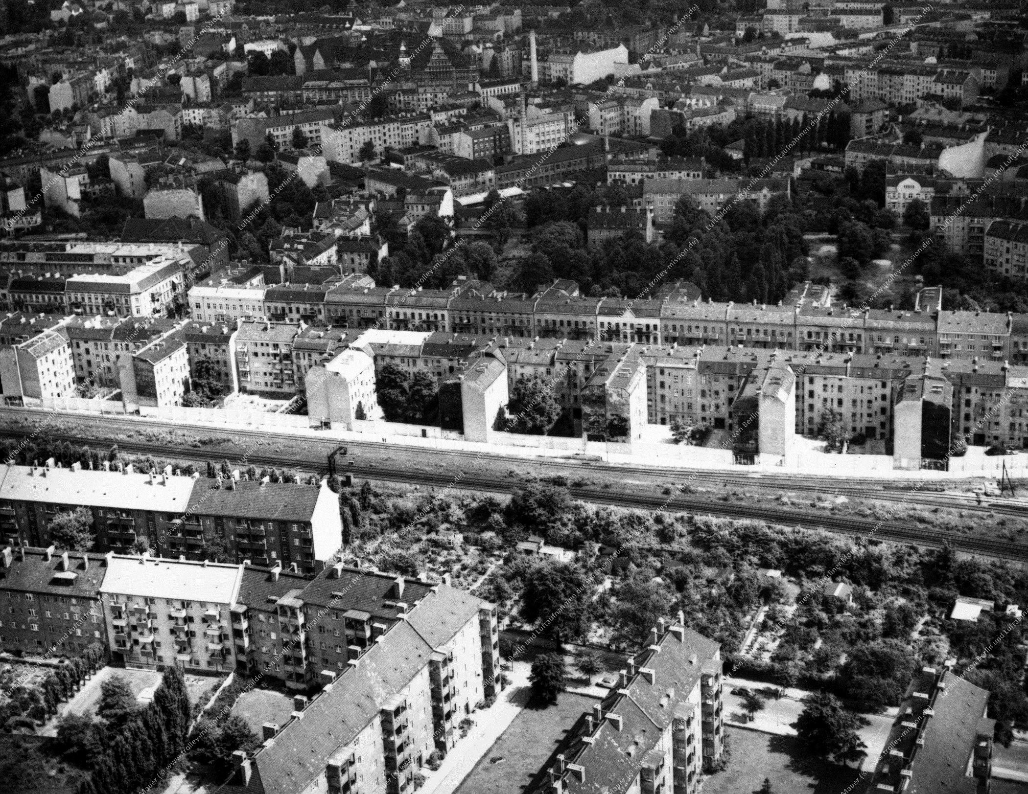 Brehmestraße an der S-Bahn-Linie zwischen den Bahnhöfen Bornholmer Straße und Wollankstraße in Berlin (Bild 032)