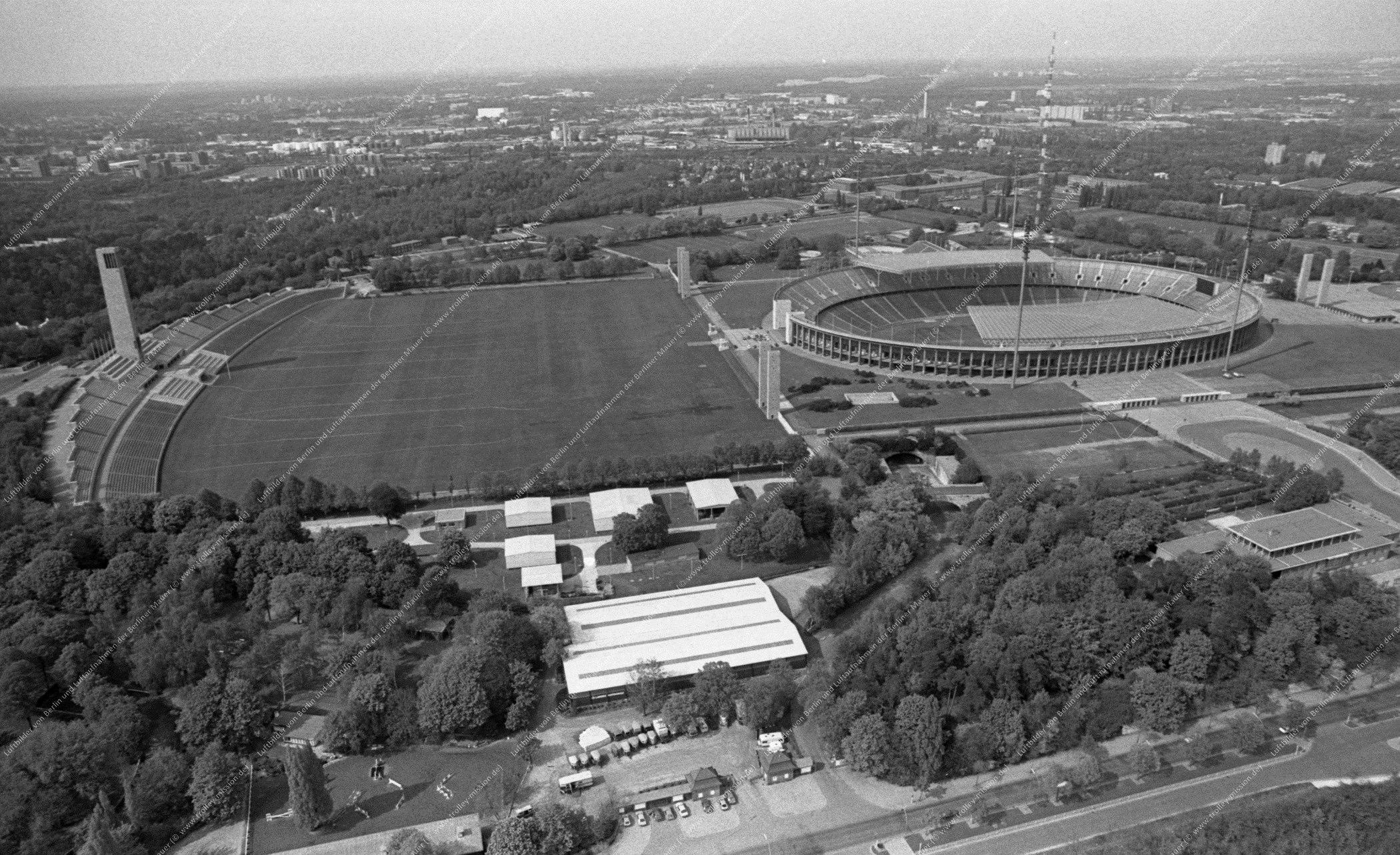 Luftbild vom Olympiapark Berlin (Reichssportfeld) und Stadion vom 12. Mai 1982 (Bild 075)