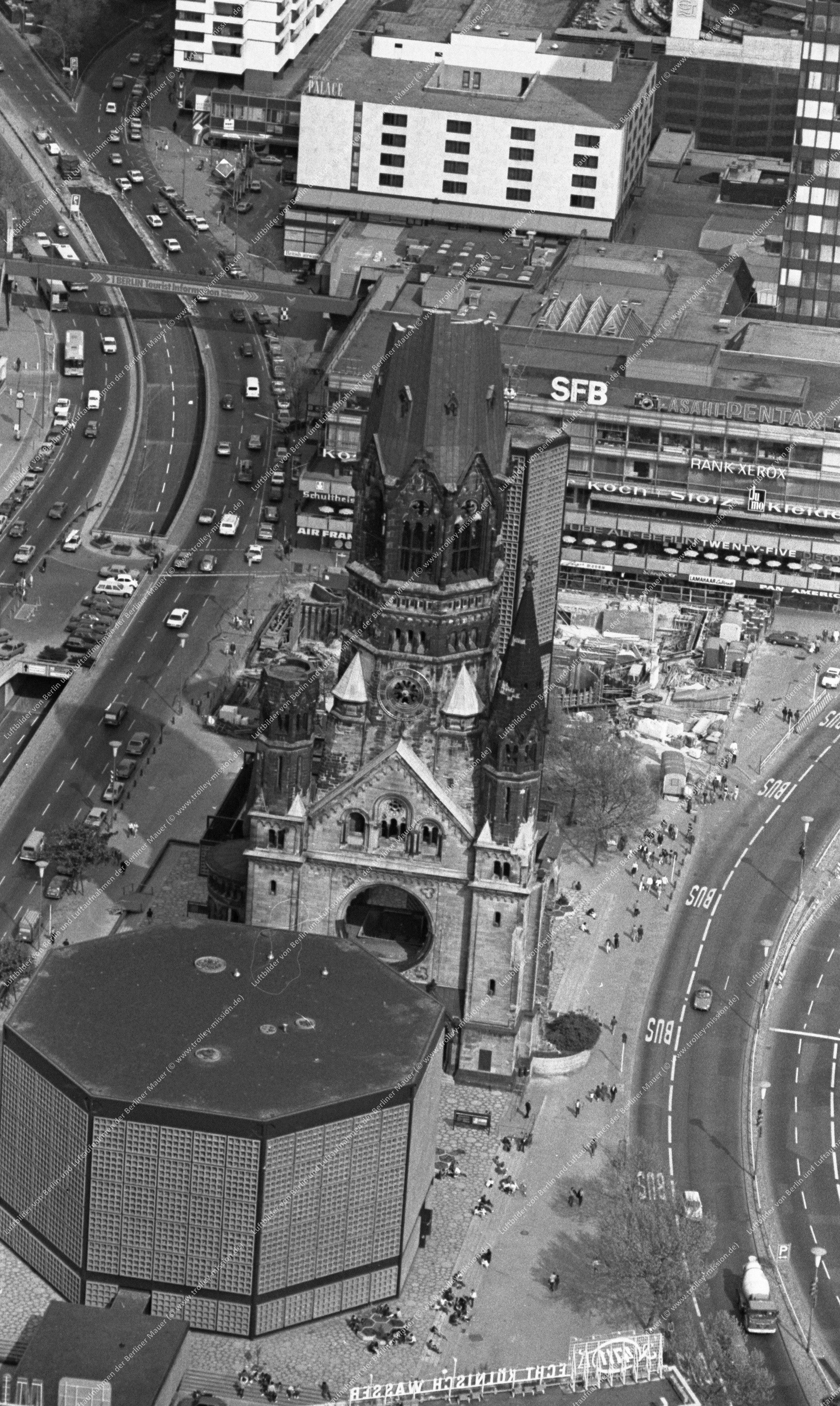 Berlin Luftbild Kaiser-Wilhelm-Gedächtniskirche vom 12. Mai 1982 (Bild 086)