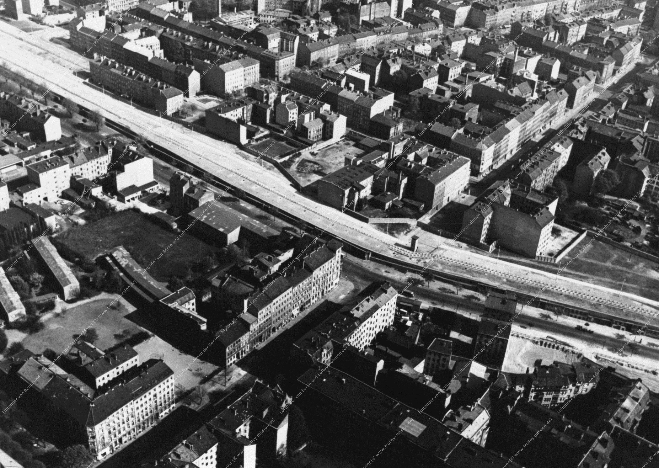 Berlin Luftbild Kreuzung Bernauer Straße und Strelitzer Straße (Bild 008)