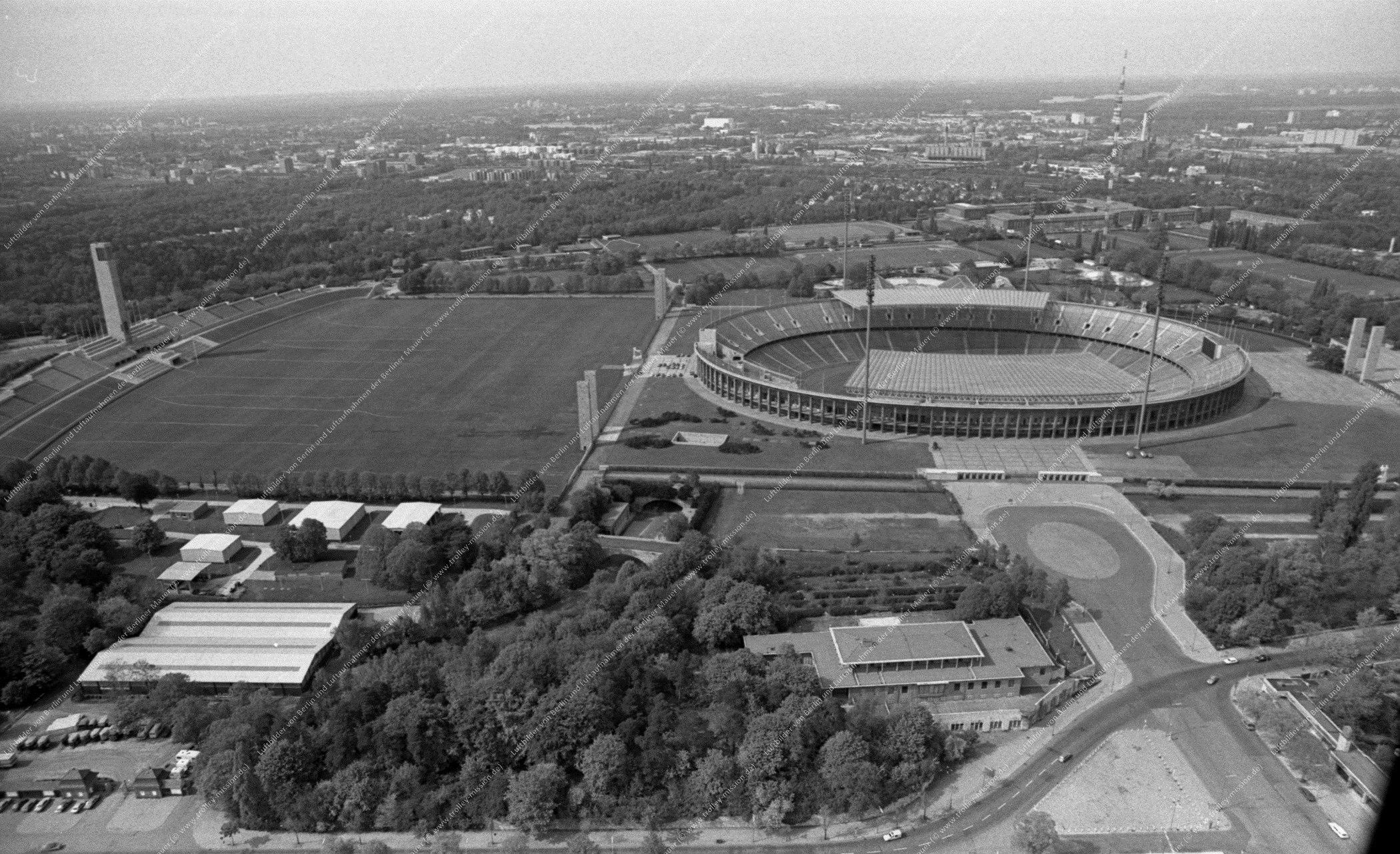 Luftbild vom Olympiapark Berlin (Reichssportfeld) und Stadion vom 12. Mai 1982 (Bild 076)