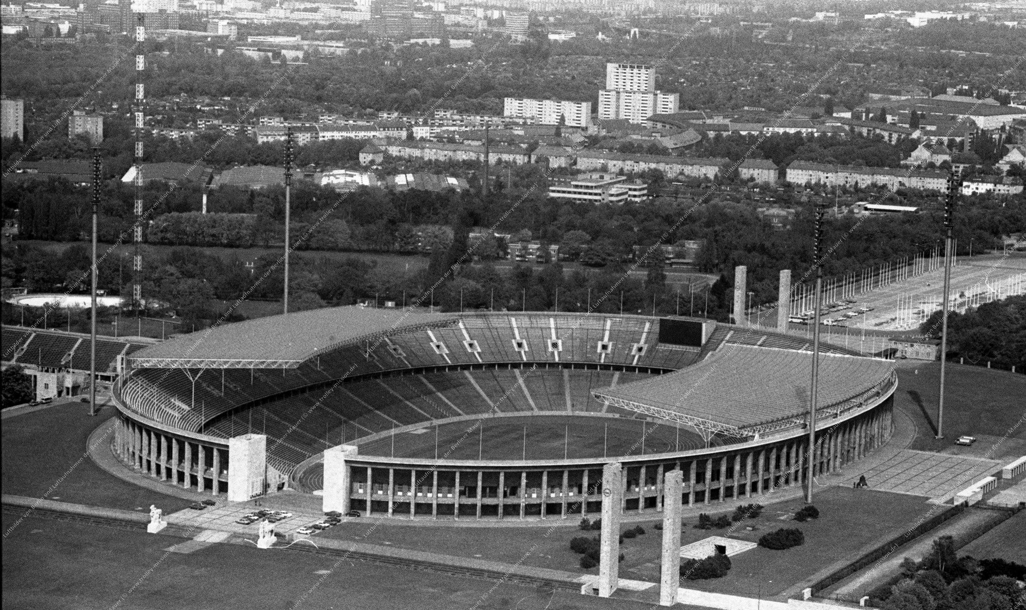Luftaufnahme vom Berliner Olympiagelände (Reichssportfeld) vom 12. Mai 1982 (Bild 079)