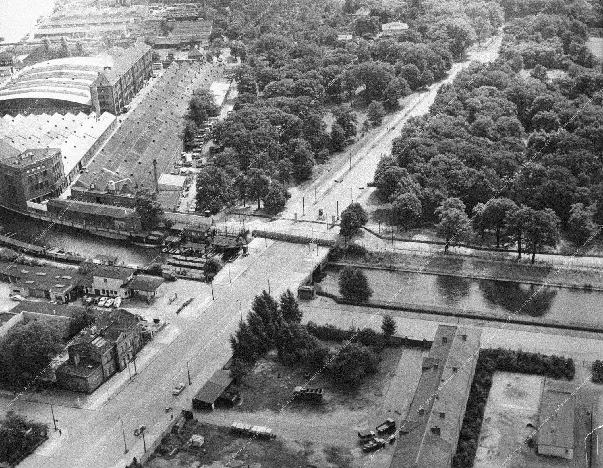Luftbild der Lohmühleninsel zwischen Landwehrkanal und Flutgraben zwischen Puschkinallee und der Straße vor dem Schlesischen Tor (Bild 037)