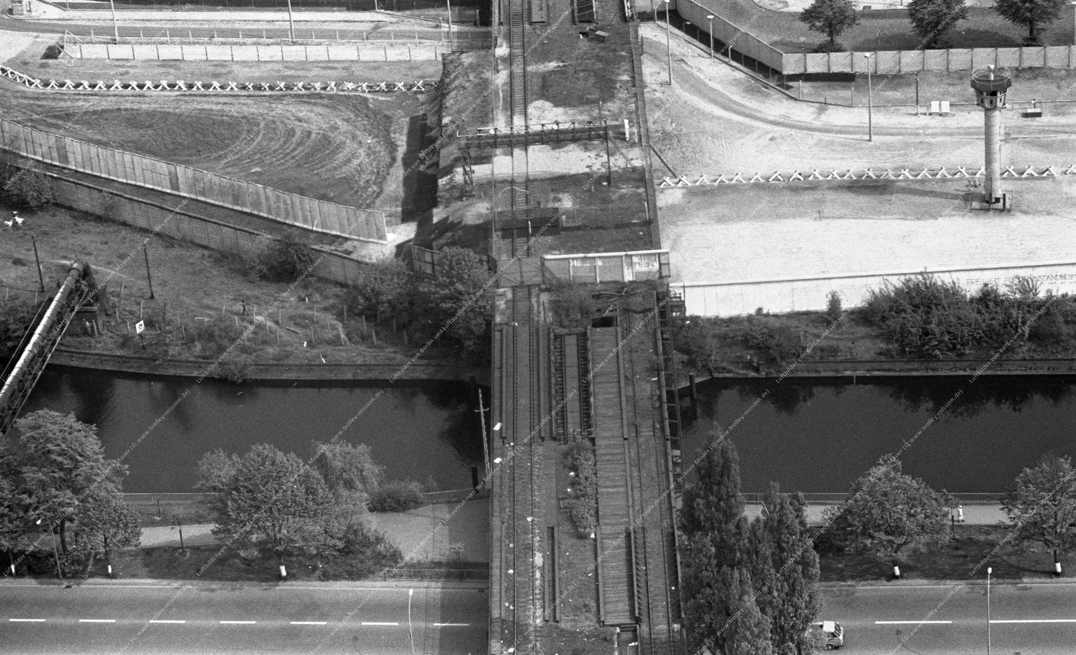 Luftbild der alten Eisenbahnbrücke (Görlitzer Brücke) über den Landwehrkanal zwischen dem Görlitzer Ufer in Berlin-Kreuzberg und dem Wiesenufer in Berlin-Treptow vom 12. Mai 1982 (Bild 059)