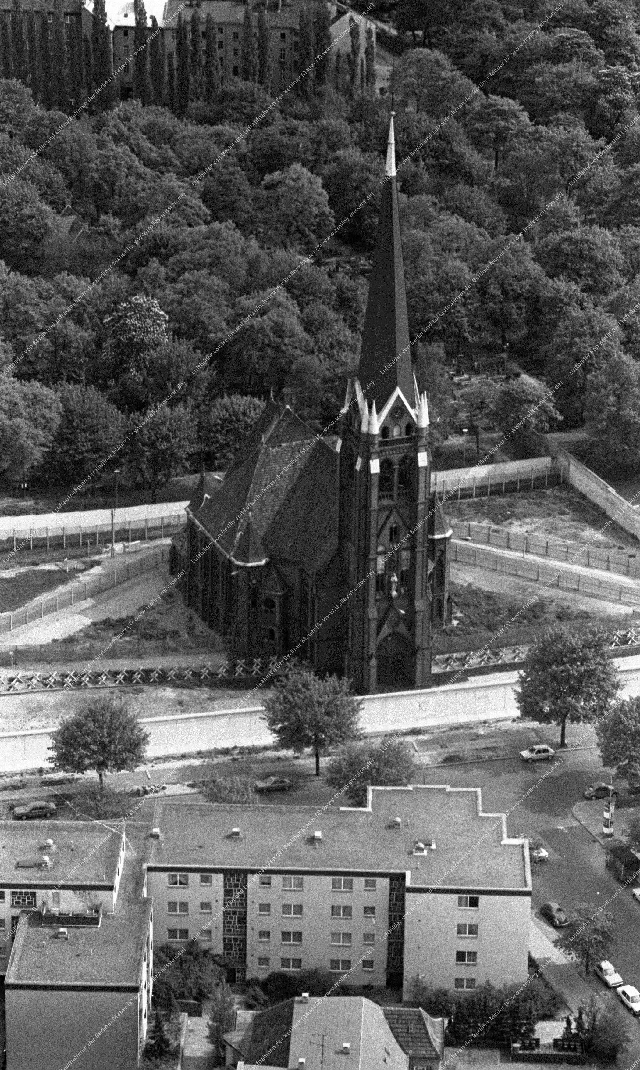 Berlin Luftbild Versöhnungskirche in der Bernauer Straße vom 12. Mai 1982 (Bild 057)