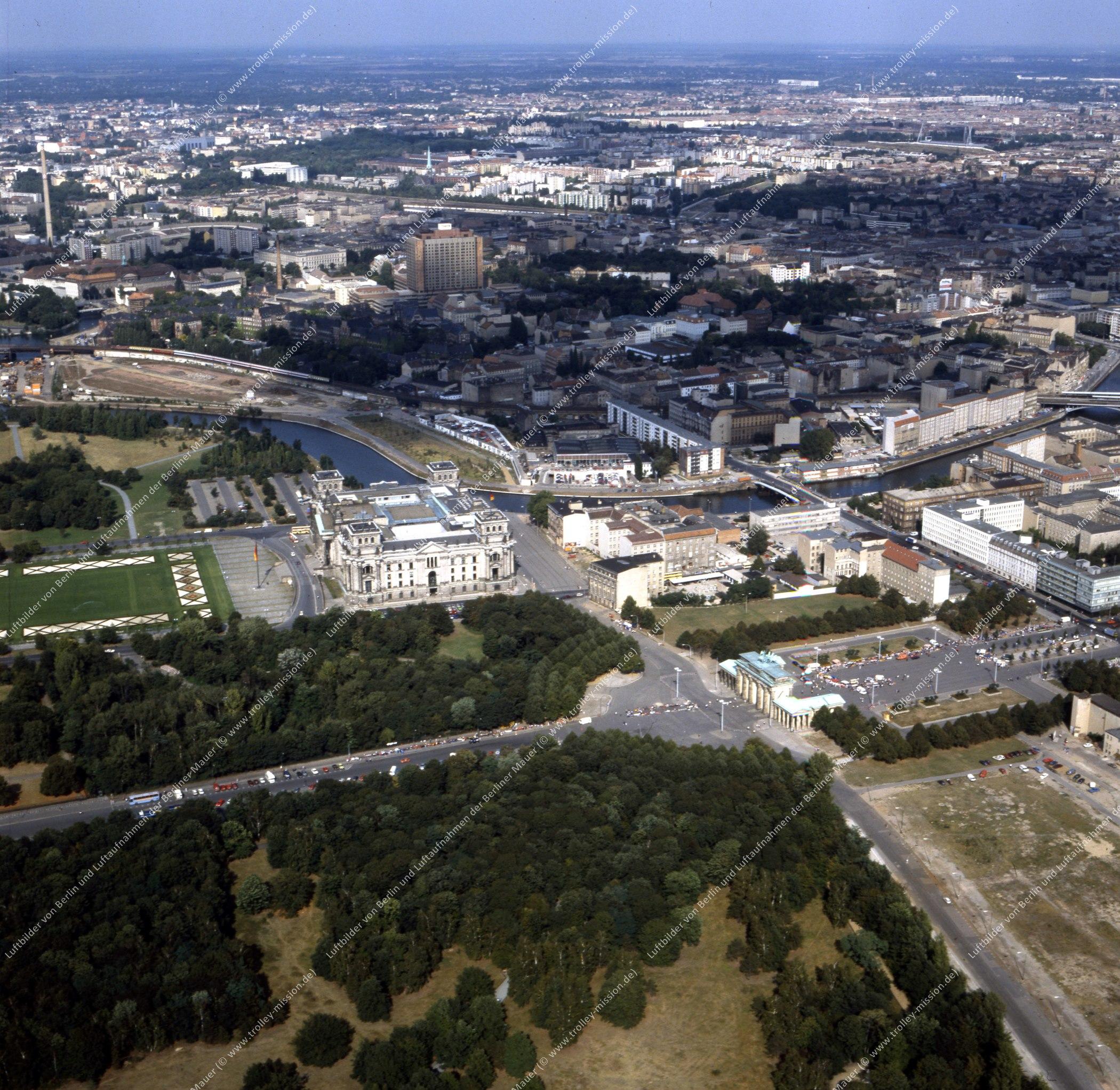 Brandenburger Tor und Reichstag - Rundflug (Luftbild) nach der deutschen Wiedervereinigung (Bild 134)