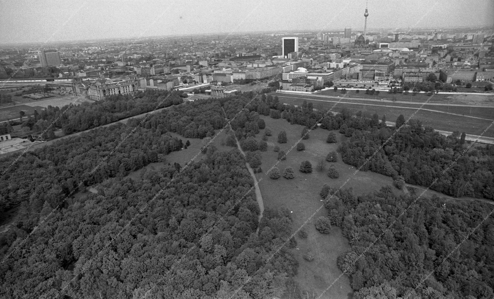 Berlin Luftbild Brandenburger Tor und Reichstag vom Tiergarten aus gesehen vom 12. Mai 1982 (Bild 099)