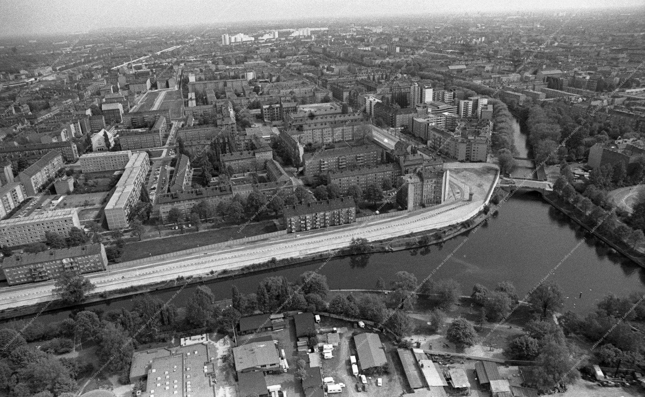 Berlin Luftbild Lohmühlenbrücke sowie Lohmühlen Straße vom 12. Mai 1982 (Bild 064)