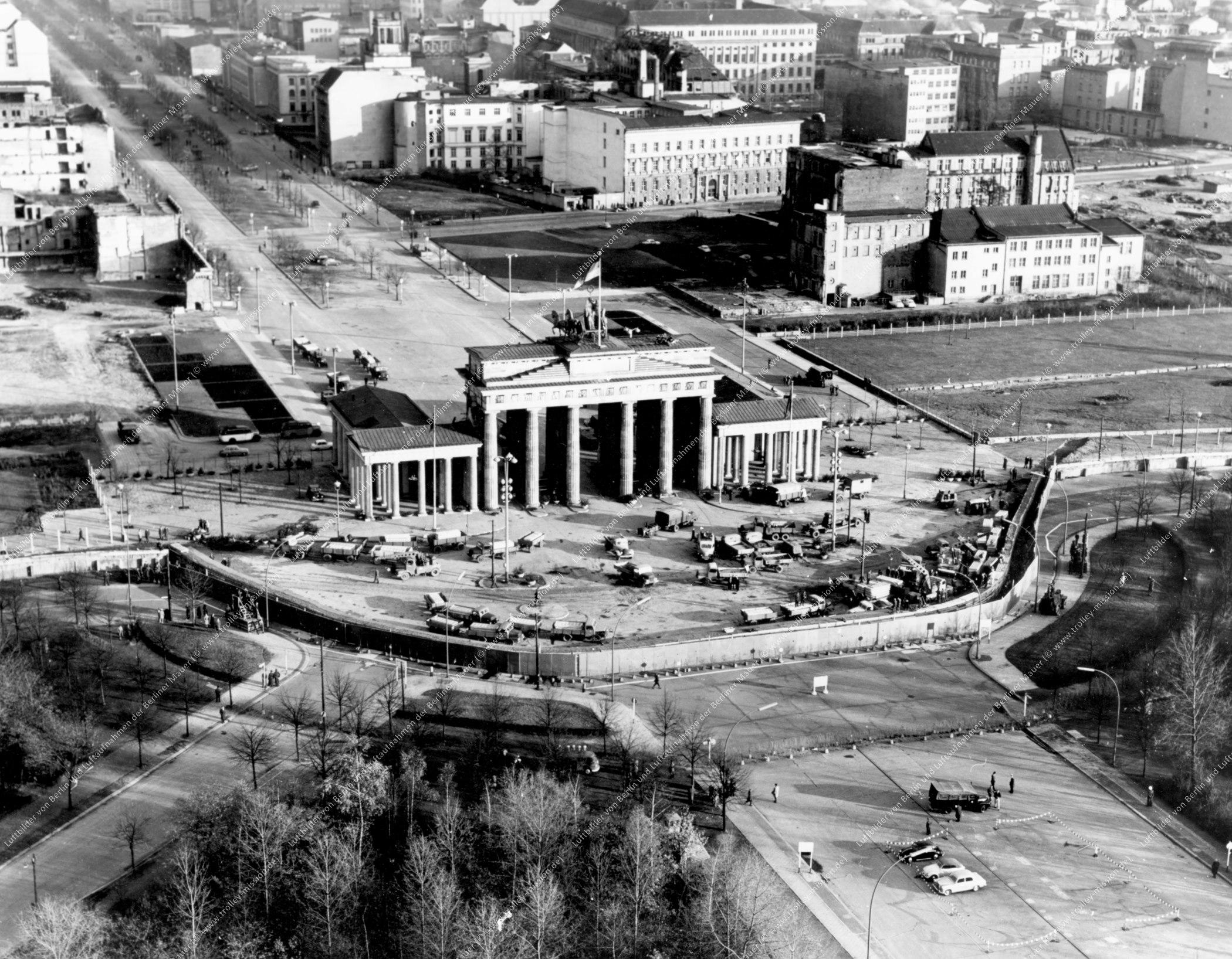 Berlin Luftbild Brandenburger Tor vom 30. November 1961 (Bild 020)