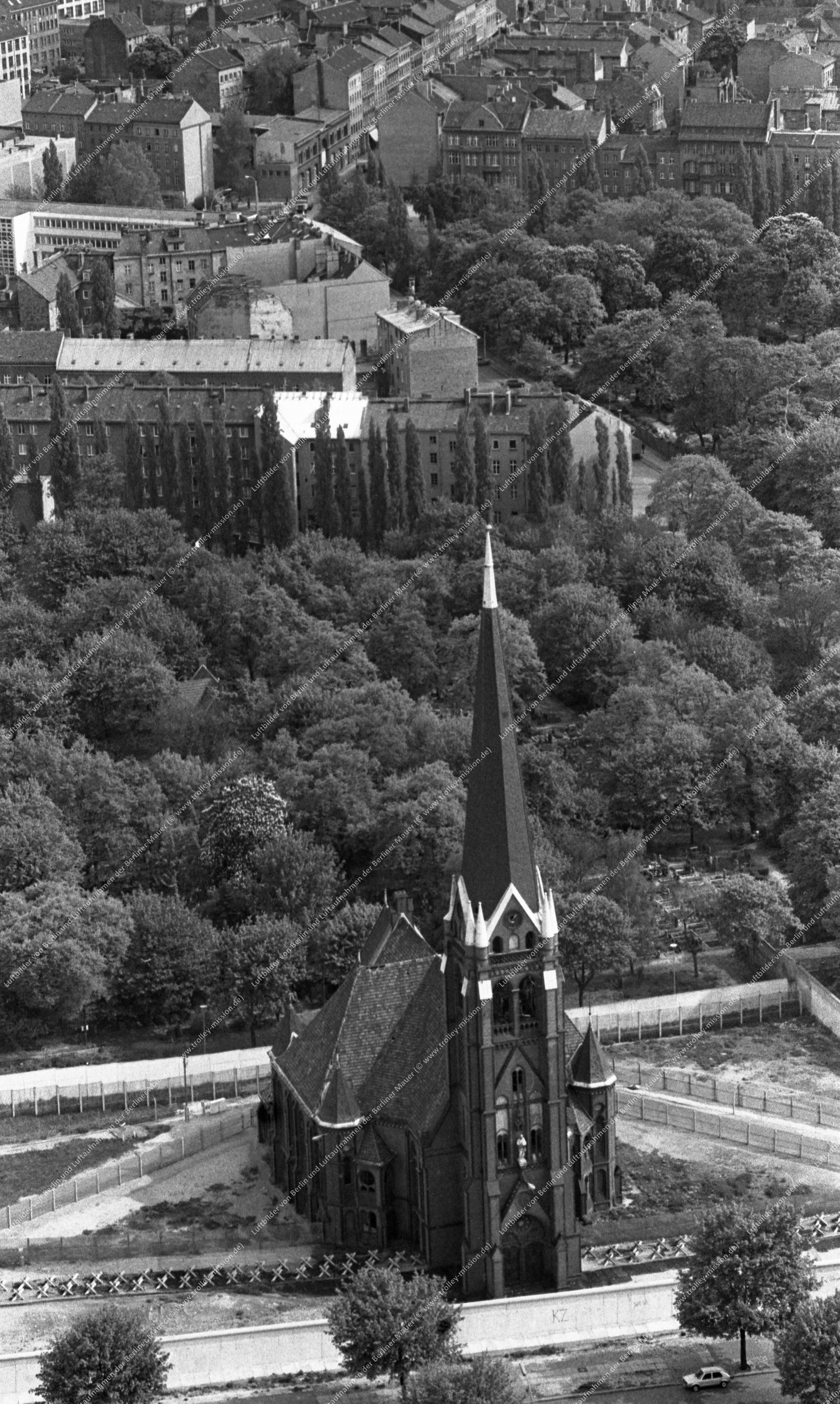 Berlin Luftaufnahme Versöhnungskirche in der Bernauer Straße vom 12. Mai 1982 (Bild 058)