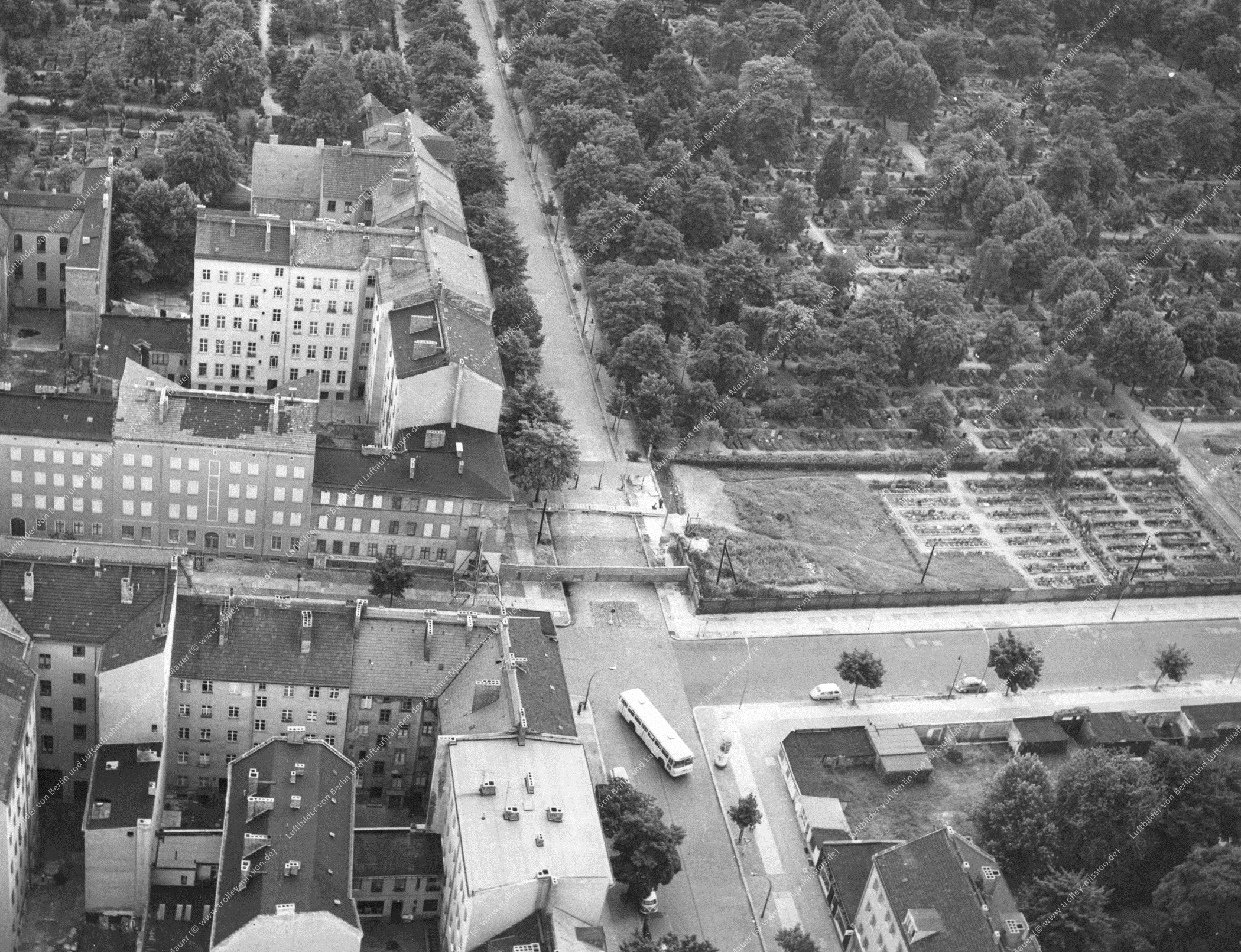Berlin Luftbild Kreuzung Bernauer Straße und Ackerstraße sowie Sophien-Friedhof (Bild 021)