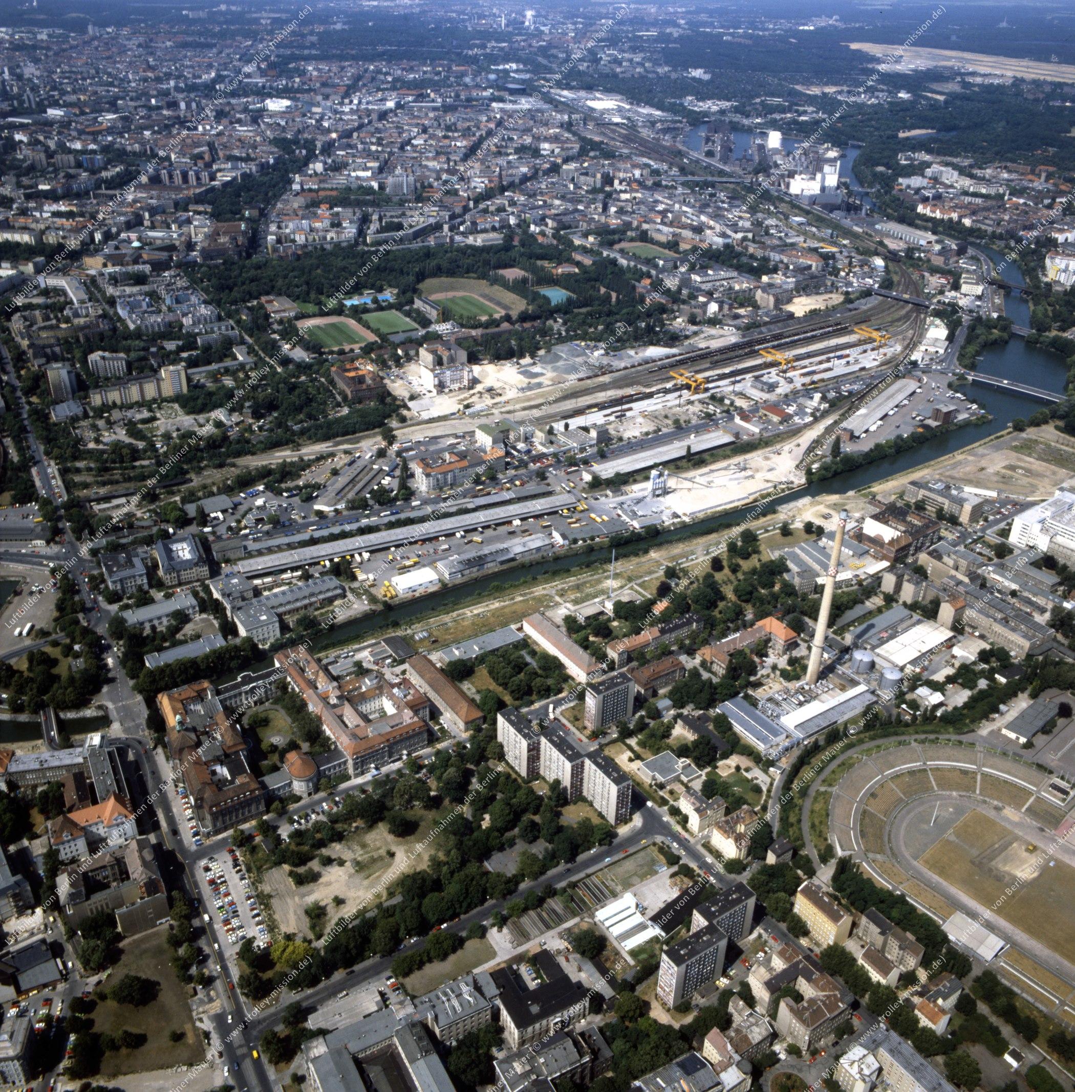 Invalidenpark und Heizkraftwerk der Berliner Städtischen Elektrizitätswerke AG (Bewag) im Bezirk Berlin-Mitte - Luftbild nach der deutschen Wiedervereinigung (Bild 141)