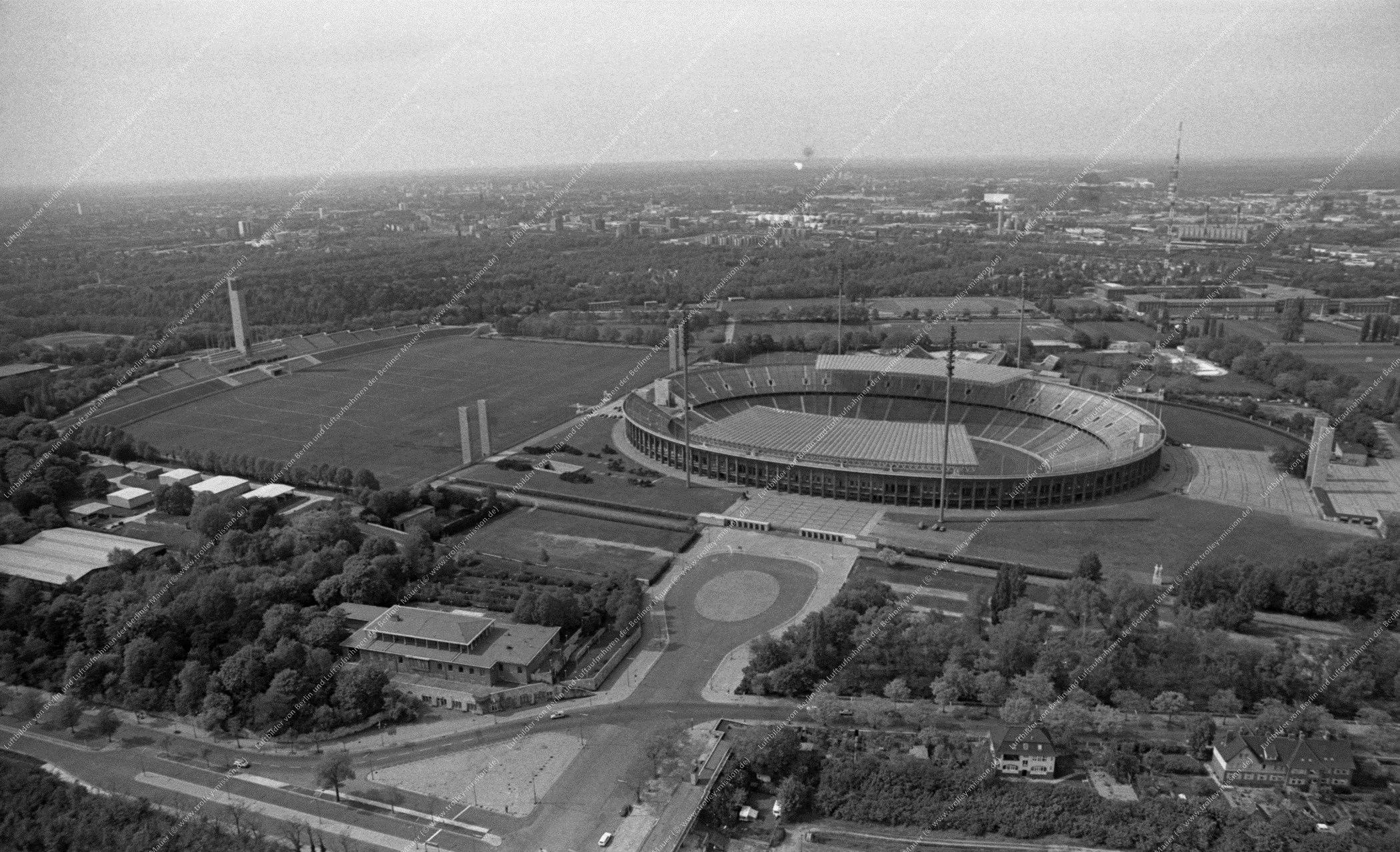 Luftbild vom Olympiapark Berlin (Reichssportfeld) und Stadion vom 12. Mai 1982 (Bild 077)