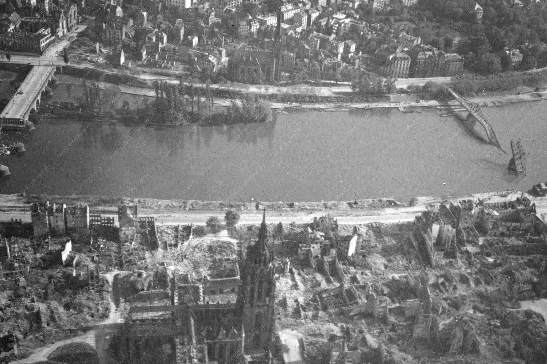Durch Fliegerbomben zerstörte Altstadt von Frankfurt am Main: Frankfurter Dom, Eiserner Steg, Dreikönigskirche