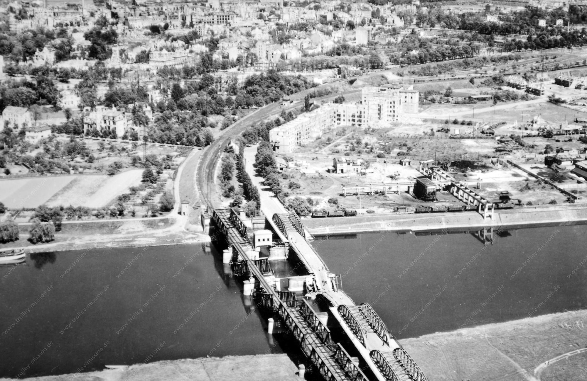Zerstörte Steinheimer Mainbrücke im Mai 1945 zwischen Hanau und Hanau-Steinheim
