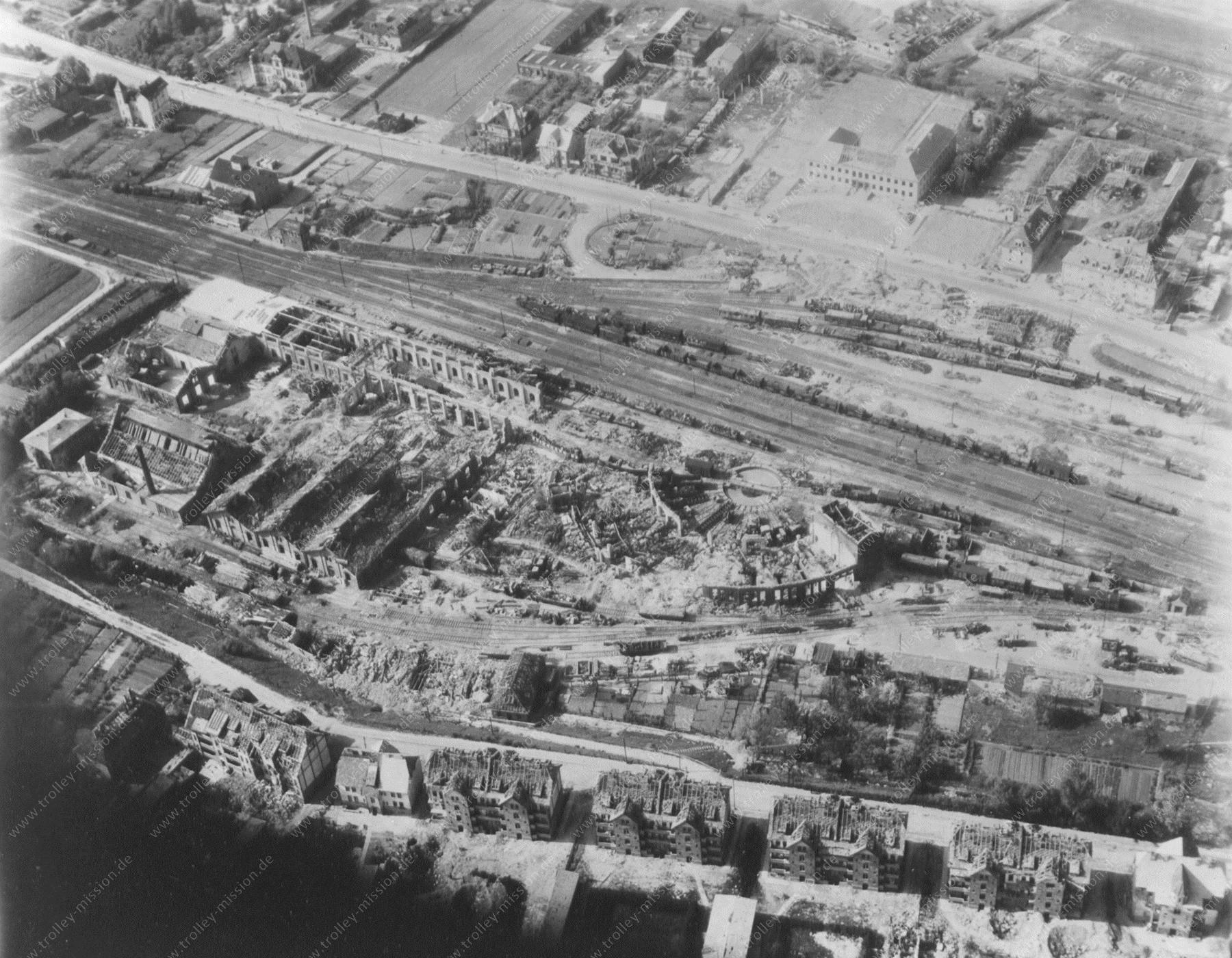 Luftaufnahme Bahnhof Eschwege aus dem Mai 1945 mit zerstörtem Lokschuppen und Bahnbetriebswerk
