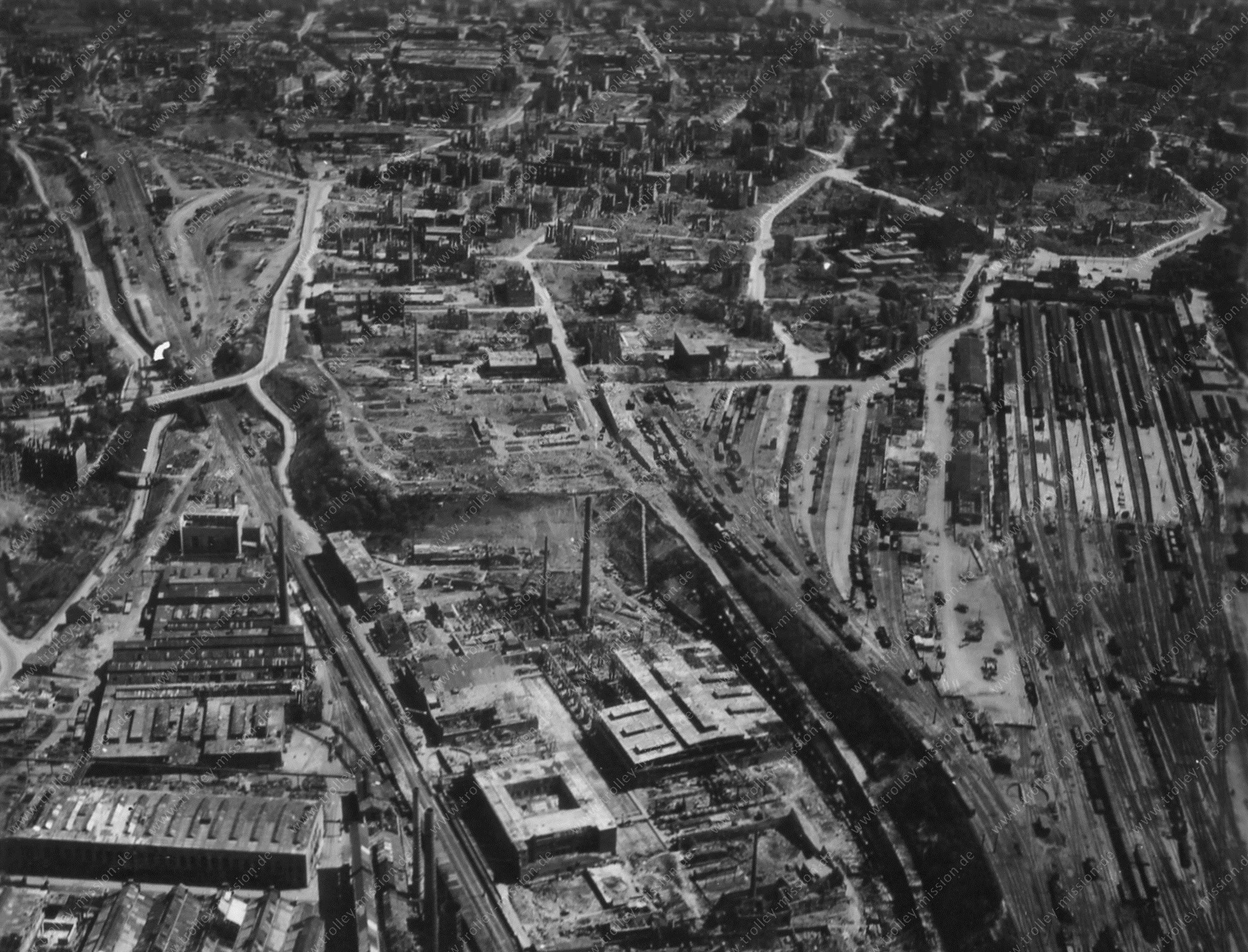 Luftbild Hauptbahnhof und Henschel Hammerschmiede in Kassel aus dem Mai 1945