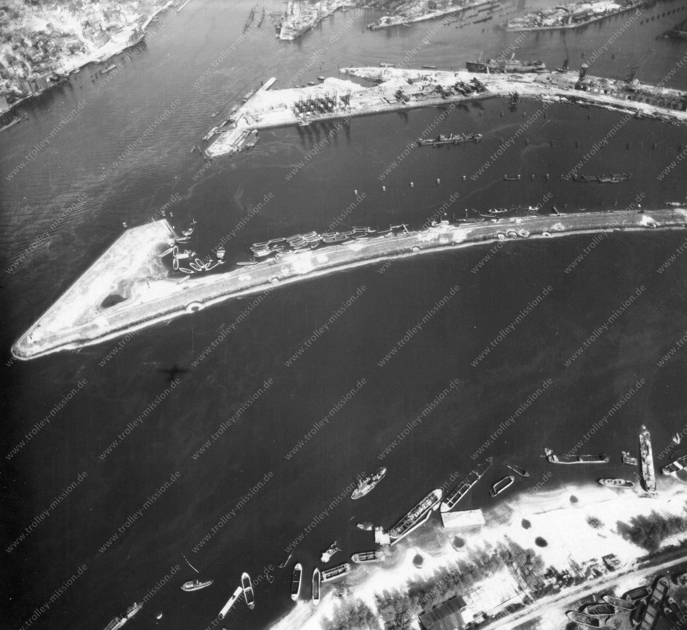 Luftbild von Hamburg und Hafen am 12. Mai 1945 - Luftbildserie 7/19 der US Air Force