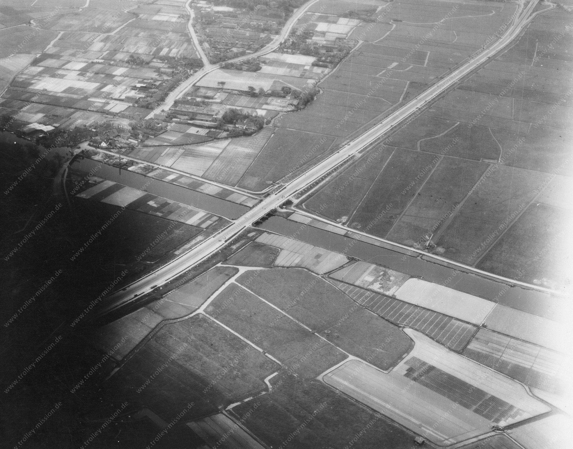 Luftbild der Autobahnbrücke in der Nähe von Bloemenbuurt-Leiden (Niederlande)