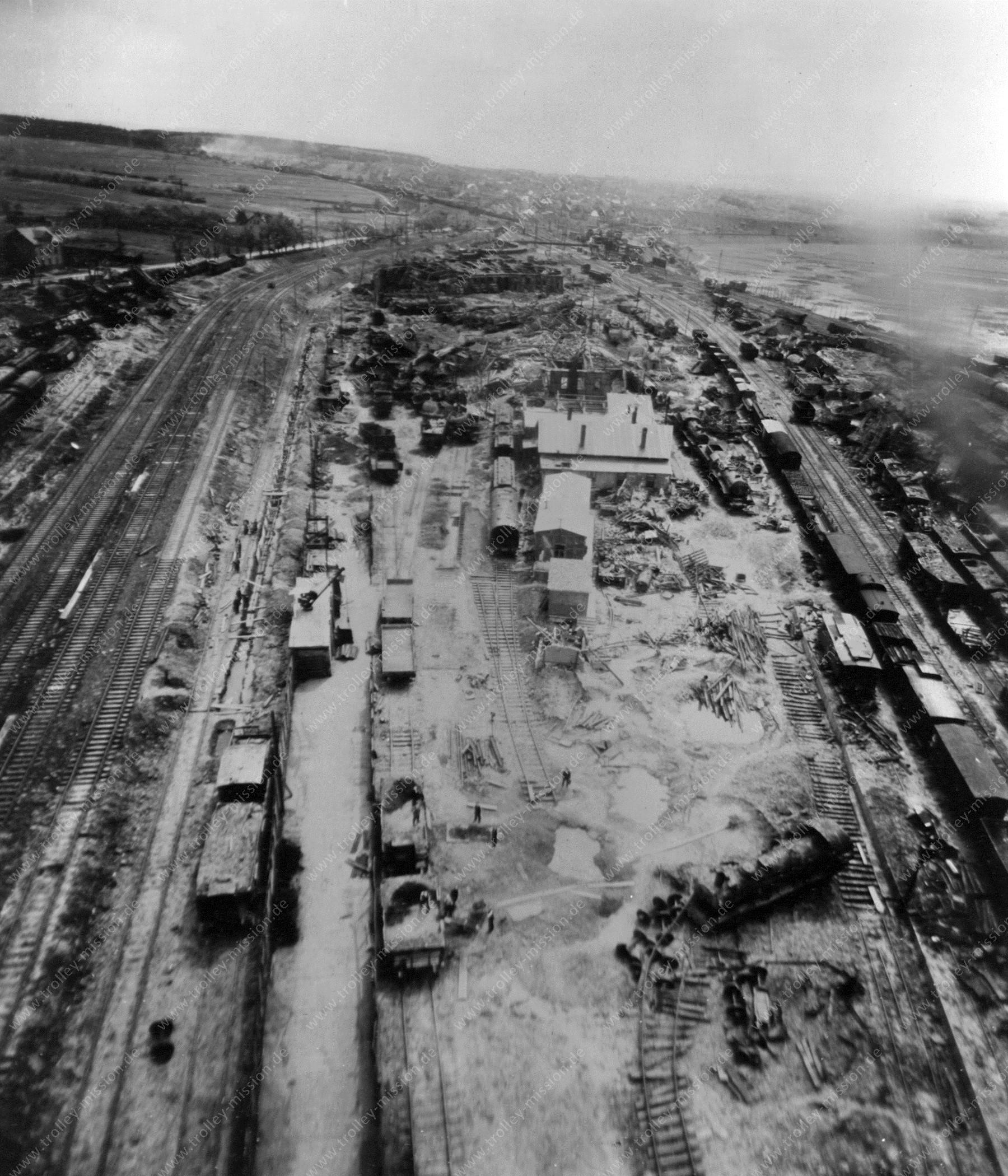 Bahnbetriebswerk Gießen entlang der Frankfurter Straße am nördlichen Ringlokschuppen II - Luftbildserie im Tiefflug nach dem Zweiten Weltkrieg 1945