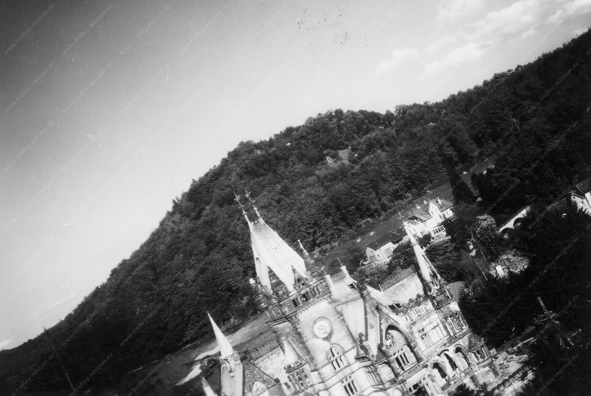 Luftbild der Drachenburg in Königswinter im Tiefflug