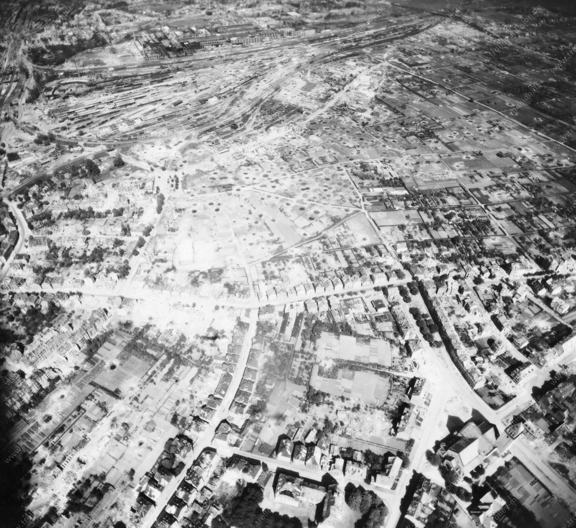 Osnabrück im Mai 1945: Güterbahnhof und Meller Straße sowie Josefskirche und Teutoburger Schule