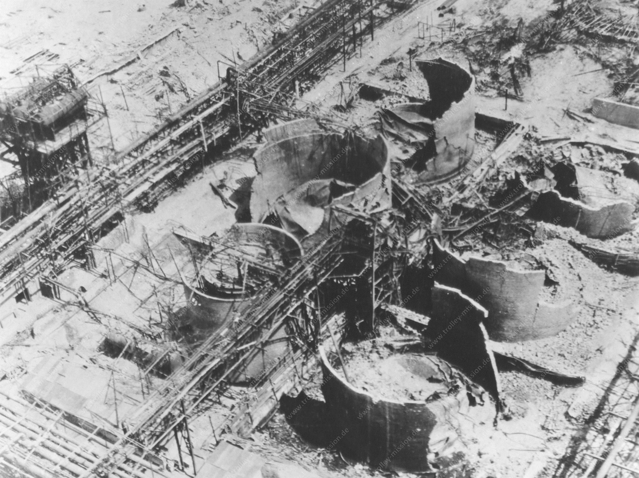 Luftaufnahme zerstörter Tanks der Hydrierwerke Scholven AG in Gelsenkirchen