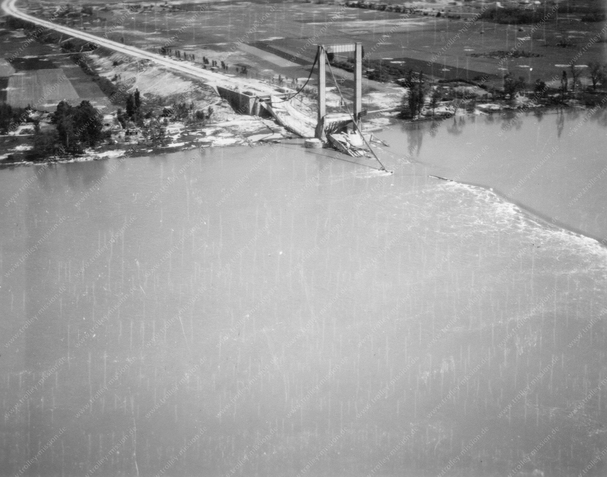 Luftbild der zerstörten Rheinbrücke Köln-Rodenkirchen (Rodenkirchener Brücke)